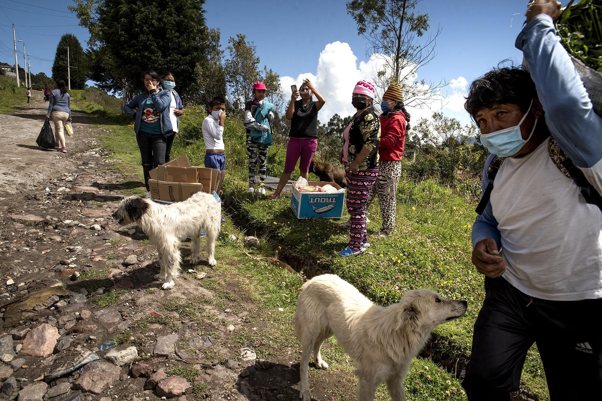 Families receive solidarity kits in the peripheral neighborhoods on Thursday, Abril 30, 2020 in Quito - Ecuador. Johis Alarcón for The New York Times.
