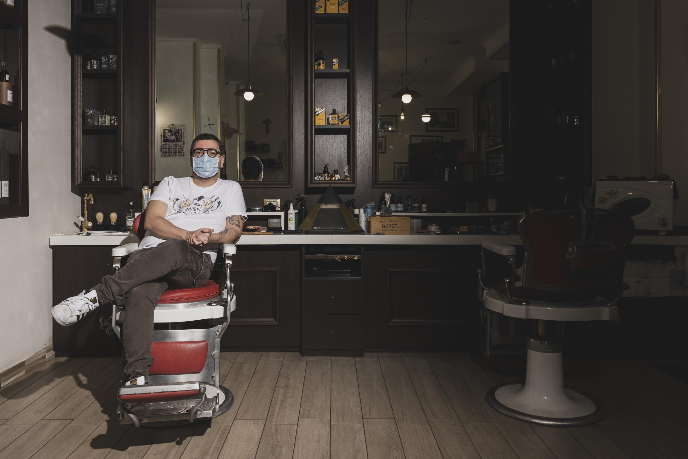 – Fabio Chiochia (32). Fabio has been a barber since he was 12 years old. At 24 he opened a small salon of his own, in which two receptionists and a colleague coiffeur work. Among them, there is also his partner, currently on maternity leave. The INPS (National Institute for Social Security) pays her the contributions, but paradoxically Chiochia cannot pay her the salary he owes her. To bear the additional costs of reopening safely, he made a 30% charge on rates to customers, whose daily number is halved.