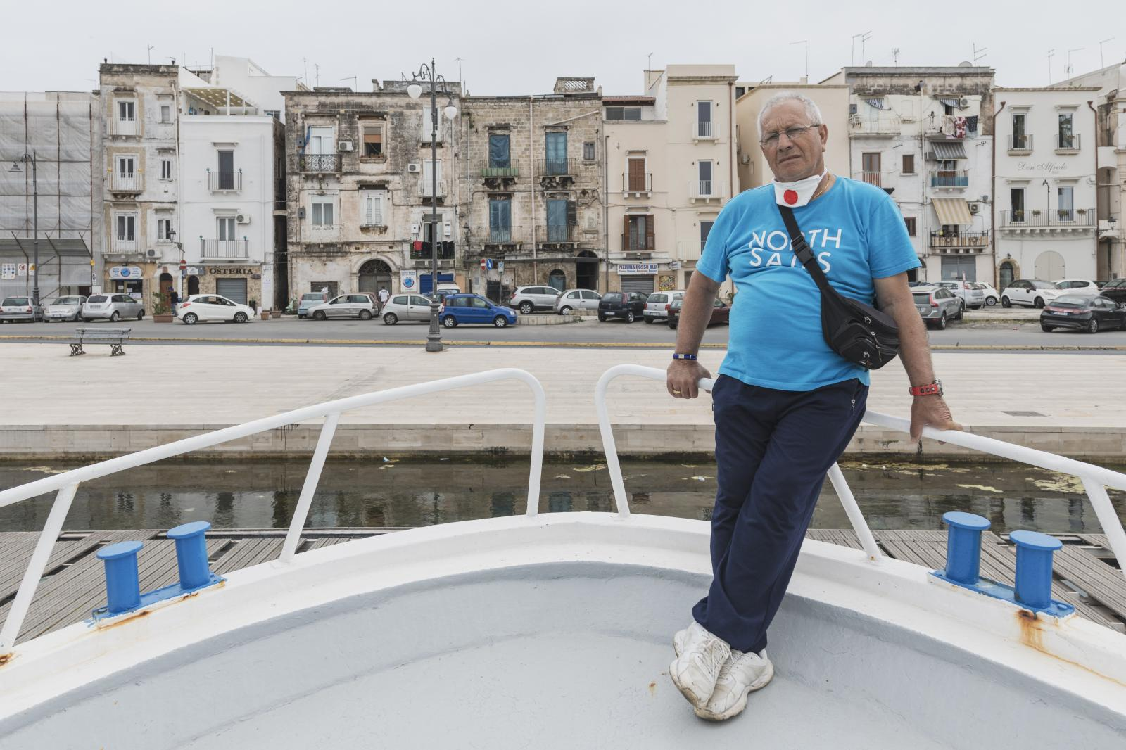 """– Cataldo Solfrizzi Cataldo has 17 brothers. Since childhood, he and them like have known only work at sea, a resource on which now Taranto has returned to focus. """"In these months, with the fish market and restaurants closed, even having the authorization to go out two times a week with our boats, to whom would we sell 70-80 kg of fish a day? Then the layoff took over, which however has not yet arrived and we will not even be able to pay the bills. I had vouchers only for a month – small stuff. If we do not recover, I will have to go and ask for money on loan and hope they will give it to me""""."""
