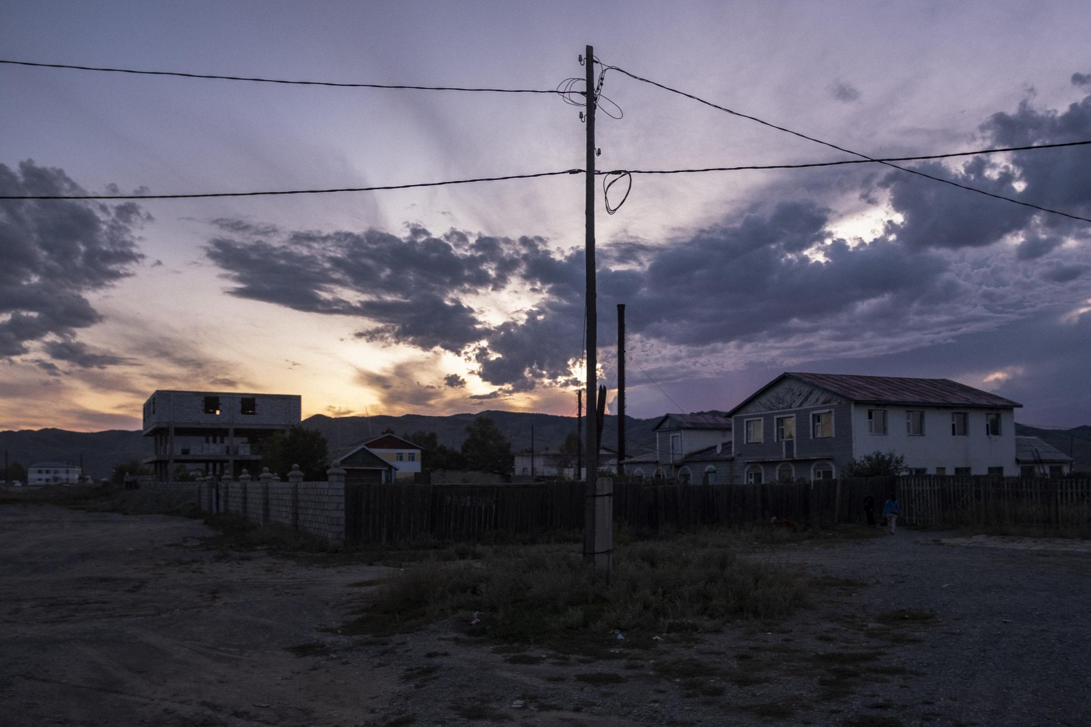 Tramonto in una piccola cittadina nella regione del Gobi. (Gobi. Mongolia, 2019) ©Simone Filpa