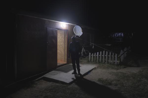 Il proprietario di un camping vicino all'antica capitale di Karakorum fuma una sigaretta a fine giornata. (Mongolia Centrale. Mongolia, 2019) ©Simone Filpa