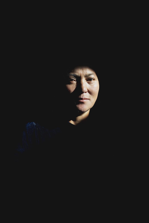 Kana (42 anni) all'interno della propria gher dove vive con la famiglia nella Valle dell'Orkhon. (Mongolia Centrale. Mongolia, 2019). ©Simone Filpa