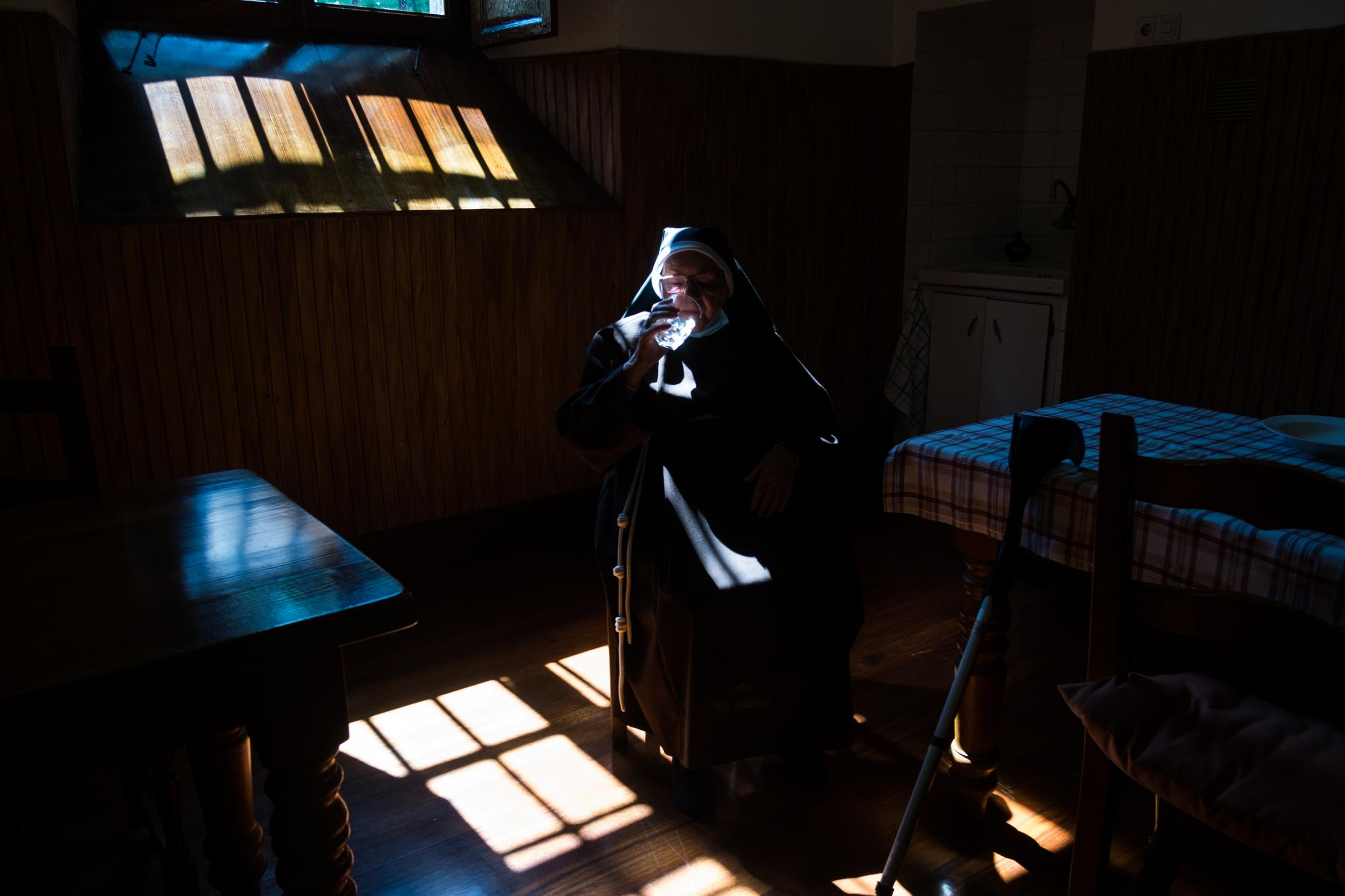 86-year-old Sister María Rosario, Sister Genoveva's older sister, has been living in the monastery of Tolosa for 66 years. Back then, there were 40 nuns, but now only 5 of them are left. In the photograph, drinking a glass of water before having breakfast.