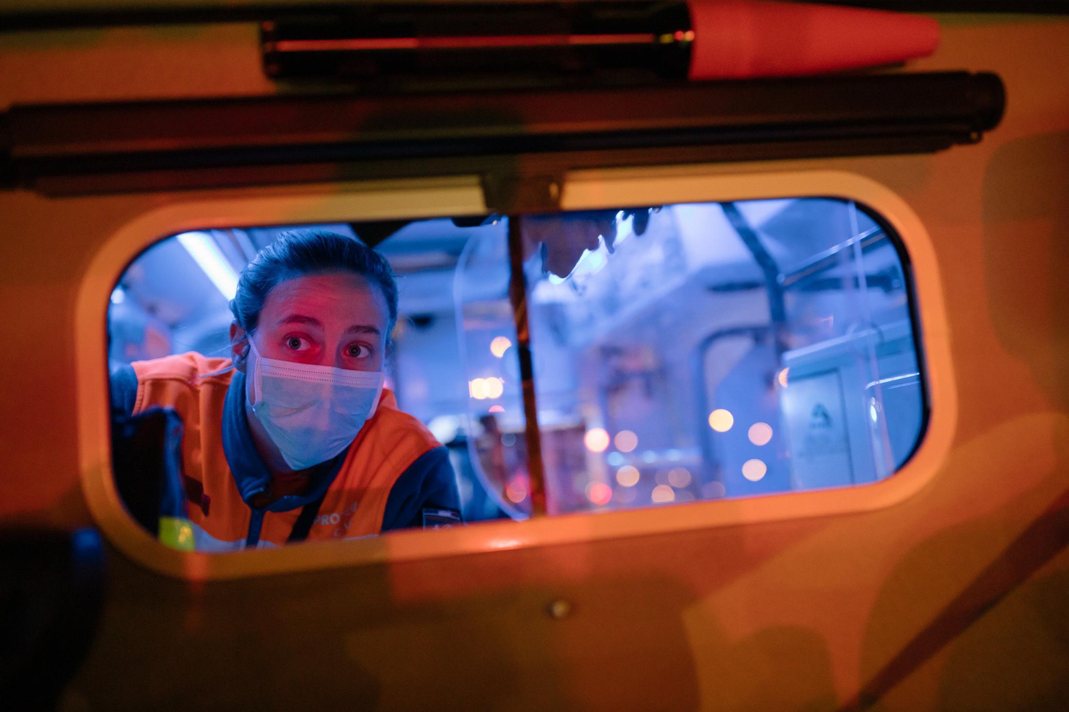 Paris, devant la gare d'Auterlitz. Le 10 avril 2020. Ce matin, Laure, bénévole à la protection civile, fait partie de l'opération Chardon, qui consiste à achememiner en train des patients vers d'autres hopitaux en France afin de désengorger, les hopitaux d'ile de France, saturés. Aujourd'hui 45 patients seront transferés à Bordeaux ou Poitiers dans deux TGV affretés pour l'occasion.