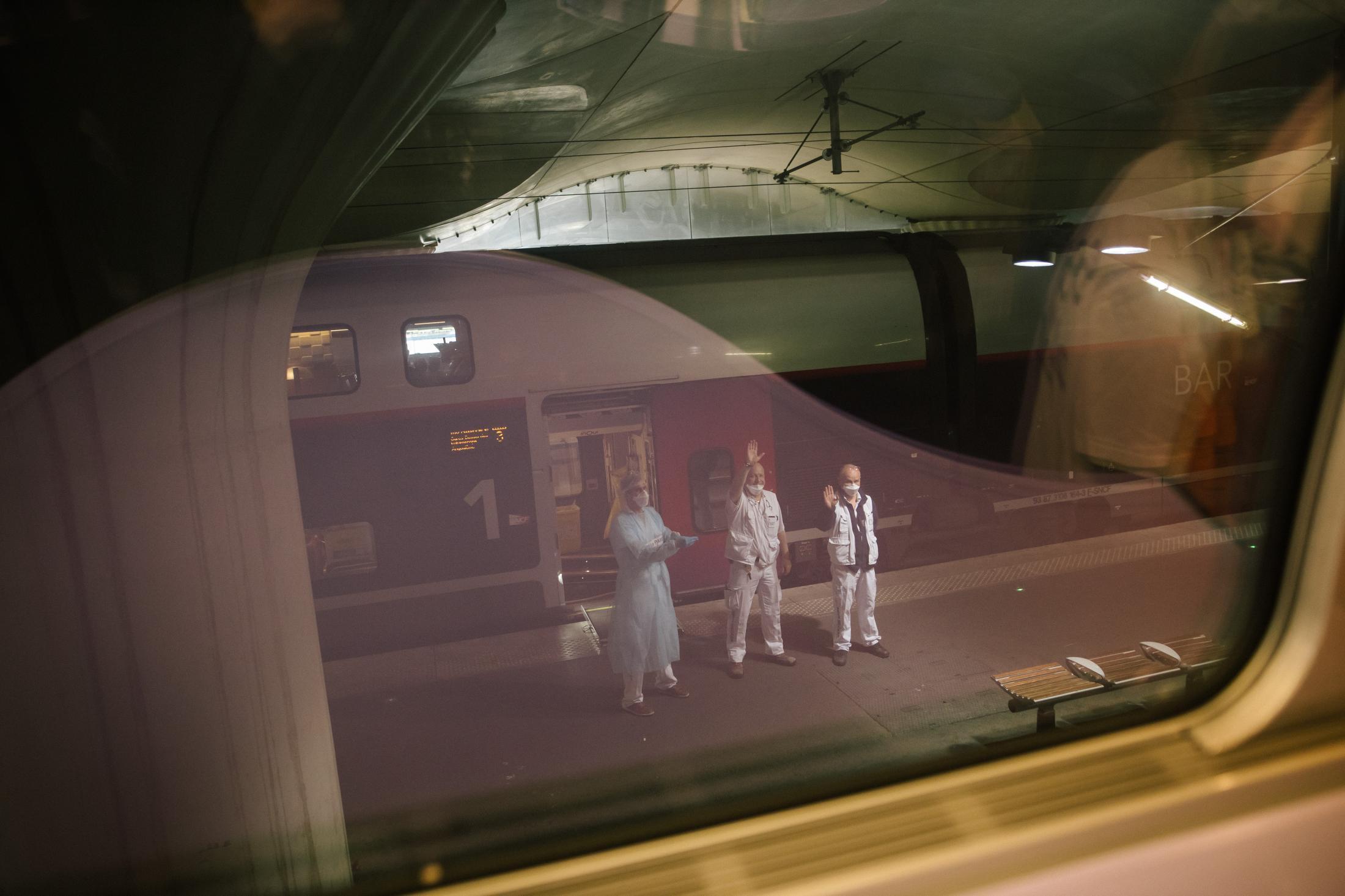 Paris. Gare d'Austelitz. Opération Chardon. Le 10 avril 2020. En tout, 45 victimes du Covid_19 de toute l'île de France, vont etre transferées dans deux TGV en direction de Bordeaux et de Poitiers. L'objectif est de désengorger les hopitaux d'ïle de France saturés de patients en réa à cause du covid-19. L'opération est coordonnée par le SAMU. ( Et la SNCF). Le train en direction de Bordeaux part.