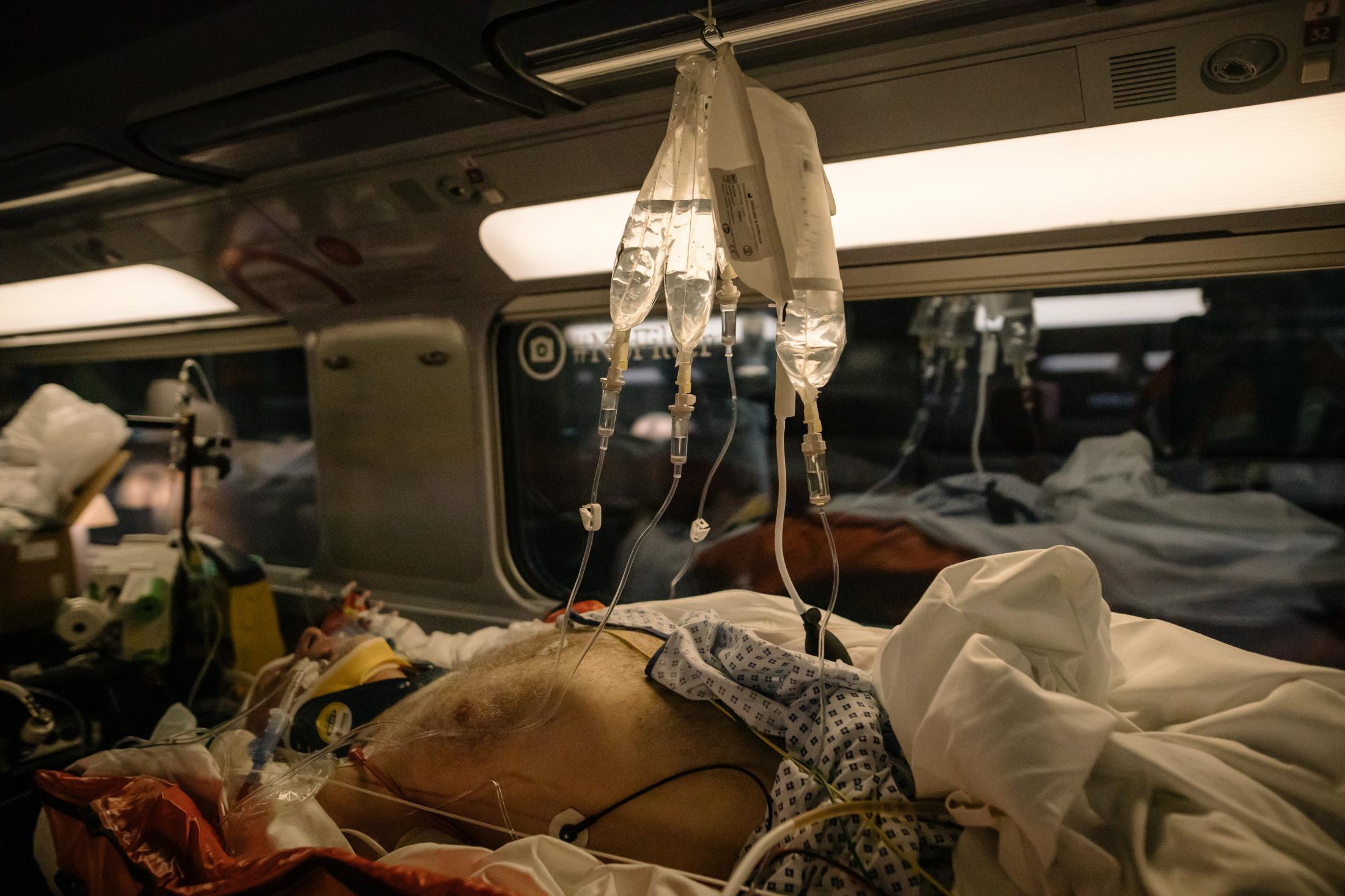 Paris. Gare d'Austelitz. Opération Chardon. Le 10 avril 2020. En tout, 45 victimes du Covid_19 de toute l'île de France, vont etre transferées dans deux TGV en direction de Bordeaux et de Poitiers. L'objectif est de désengorger les hopitaux d'ïle de France saturés de patients en réa du covid-19. L'opération est coordonnée par le SAMU. ( Et la SNCF). Ici les perfusions sont installées avec des crochets sur le porte bagage. (train pr Bordeaux)
