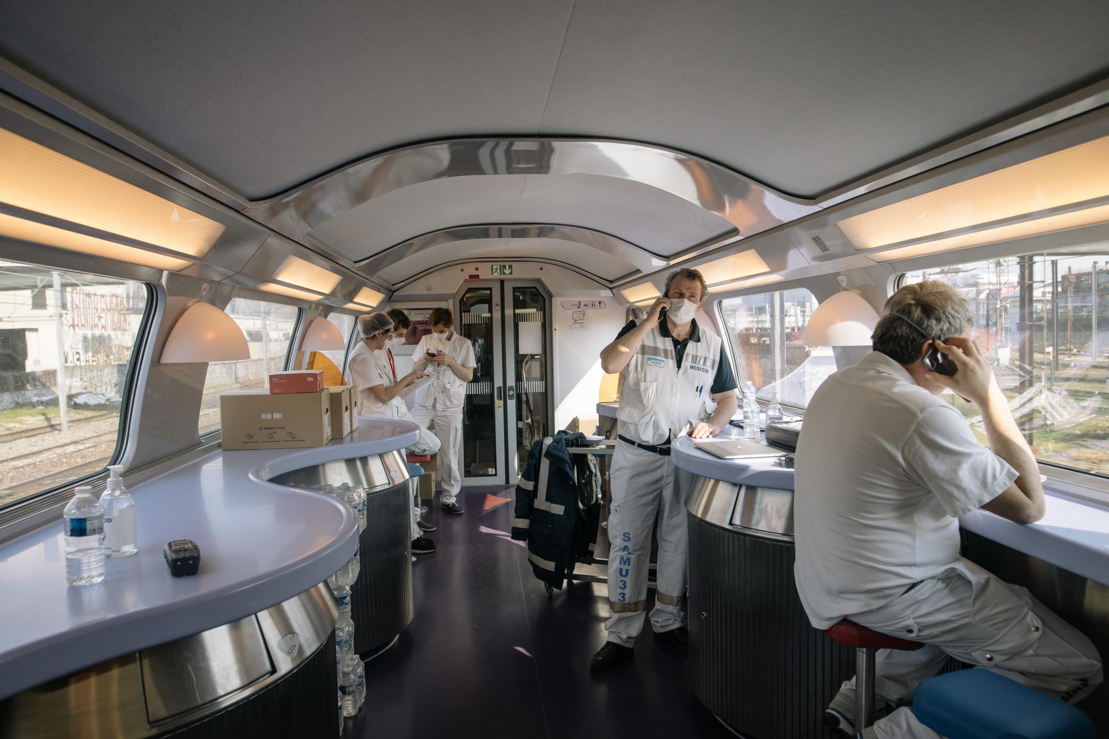 Opération Chardon. Le 10 avril 2020. En tout, 45 victimes du Covid_19 de toute l'île de France, sont transferées dans deux TGV en direction de Bordeaux et de Poitiers. L'objectif est de désengorger les hopitaux d'ïle de France saturés de patients en réa à cause du covid-19. L'opération est coordonnée par le SAMU. ( Et la SNCF). Le wagon bar est transformé en zone de commandement où les membres du Samu sont installés.