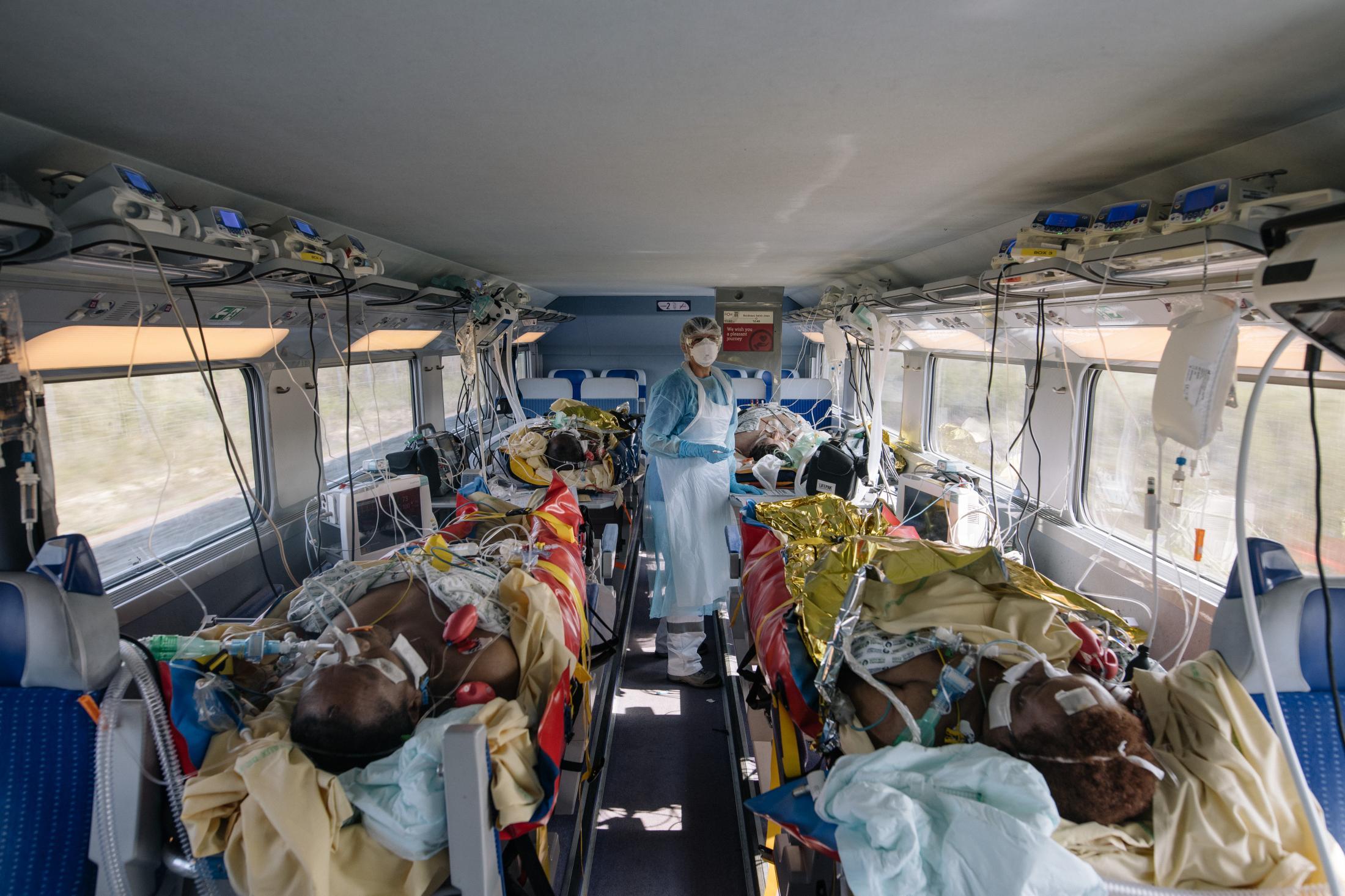 Opération Chardon. Le 10 avril 2020. En tout, 45 victimes du Covid_19 de toute l'île de France, sont transferées dans deux TGV en direction de Bordeaux et de Poitiers. L'objectif est de désengorger les hopitaux d'ïle de France saturés de patients en réa à cause du covid-19. L'opération est coordonnée par le SAMU. ( Et la SNCF). Dans le train pour Bordeaux:: les patients sont placés au rez de chaussée de la rame. Pour y entrer, il faut s'équiper. Ils sont 4 par rame. Tous sont intubés. L'électricité dans un train est discontinu. Ils sont tous branchés à un générateur qui prend le relais lorsque l'électricité se coupe.