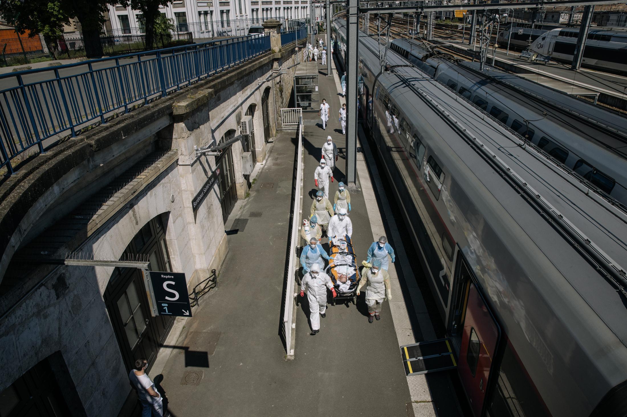 Opération Chardon. Le 10 avril 2020. En tout, 45 victimes du Covid_19 de toute l'île de France, sont transferées dans deux TGV en direction de Bordeaux et de Poitiers. L'objectif est de désengorger les hopitaux d'ïle de France saturés de patients en réa à cause du covid-19. L'opération est coordonnée par le SAMU. ( Et la SNCF). Arrivée du train à Bordeaux. Il faudra environ deux heures pour débarquer les 24 patients, qui seront transferrés dans des hopitaux de la région.