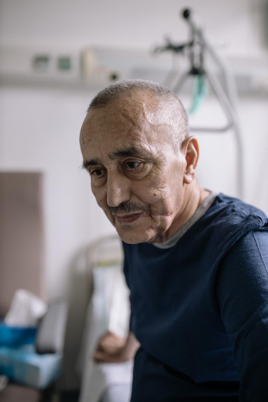 Ris Orangis le 12 mai 2020. Amar, 72ans, se considère comme un survivant. Il attrape le covid-19 mi mars et se trouve très vite en détresse respiratoire. D'abord condamné par les médecins du fait de ses antécédants de santé ( diabète etc...), la famille est prévenu qu'il passera sans doute sa dernière nuit. Ils décident tout de même de tout faire pour le sauver. Intubation-ventilation, Il a été choisi pour être transferré à Bordeaux dans le train de l'opération Chardon. Il y a deux semaines il est sorti du coma et a été rappatrié dans une unité SRR de l'hopital les cheminots, en banlieue parisienne. Il est heureux d'être en vie et de profiter de sa famille. Il porte encore les trâces de l'intubation sur son visage.