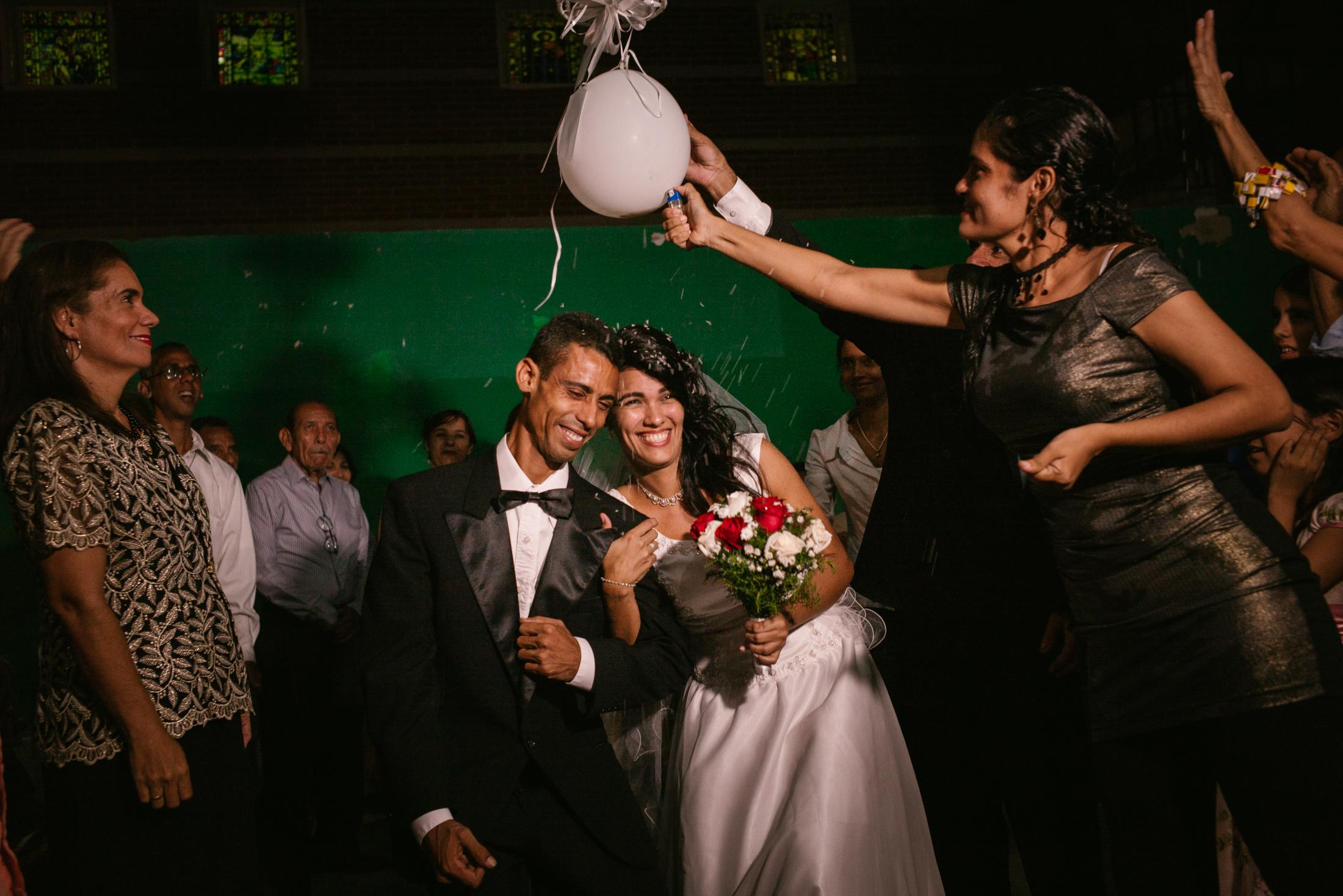 Carla Aguiar (28) and Josué Arteaga (36) are celebrating their wedding in Catia La Mar, Venezuela. 16th December 2017. The only thing that spoils the couple's happiness is that the bride's parents cannot be present at the wedding. Carla was born in Venezuela, but her parents come from the Portuguese island of Madeira. They had left their homeland in 1981 hoping for a better life in the direction of South America. But since the dictator Nicolás Maduro Venezuela plunged into a crisis, many emigrants have returned, including Carla's parents: just a few months before the wedding, in August 2017, they flew to Madeira with their two youngest children. Carla and her two older siblings Liseth and Francisco stayed behind because they could not afford the plane tickets.