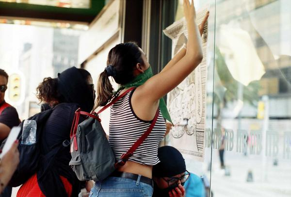 Feb 2019. Women in Mexico have been criticized for painting and breaking monuments and bus stops during the protests. However, this has become also a trademark of the movement because people seem to worry more about a monument than a femicide.