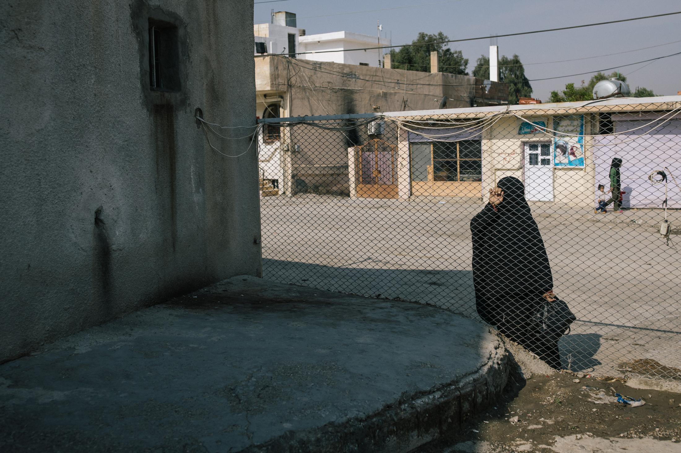 Le 28 octobre 2019. Prison où des membres suspectés d'appartenir à l'Etat islamqiue sont détenus. Une femme attend non loin.