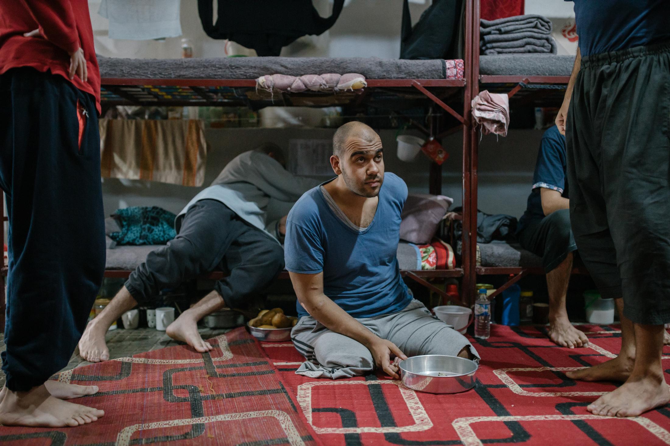 Le 28 octobre 2019. Prison où des membres suspectés d'appartenir à l'Etat islamique sont détenus. Dans cette cellule, des étrangers: Russes, anglais, tunisiens, marocains, saoudiens...Le dejeuner vient d'être apporté. Il est partager équitablement par les detenus. Un jihadiste anglais attend sa ration. Il a été amputé suite à un bombardement.
