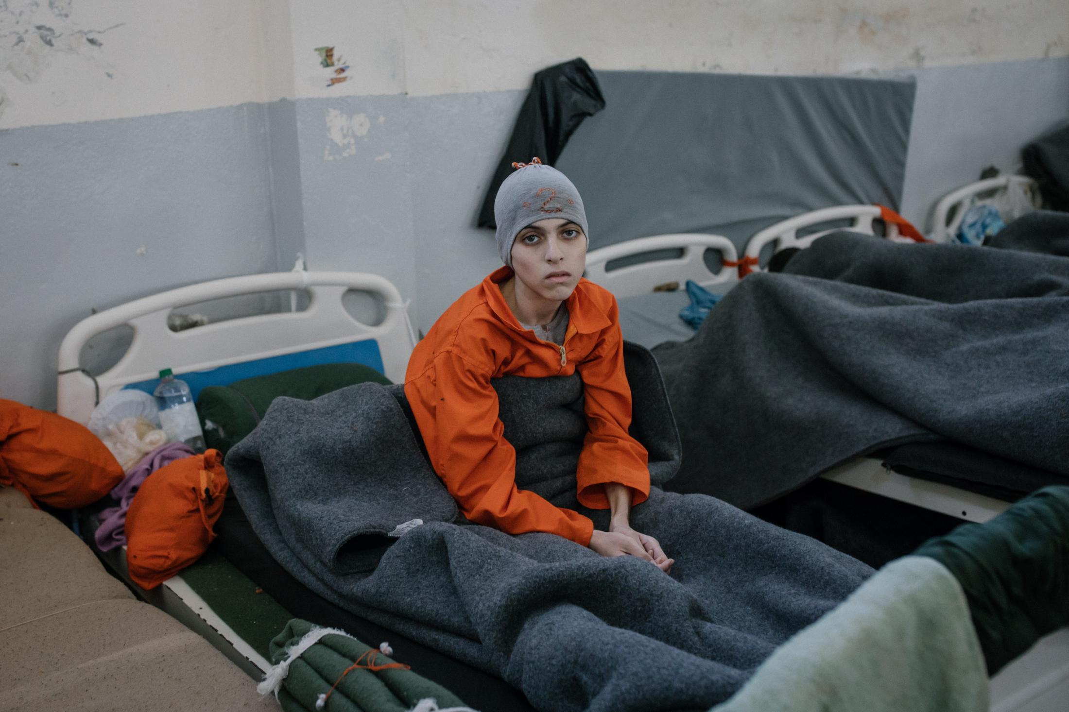 Le 30 octobre 2019, Hassake, nord est syrien. Environ 5000 prisonniers supposés membres de l'Etat islamique vivent dans cette université transformée en prison. Parmi eux, de nombreux enfants ou jeunes adolescents, souvent mélangés aux adultes. Ils sont d'origine européennes, russes, américains. Ce garçon souffre de malnutrition.