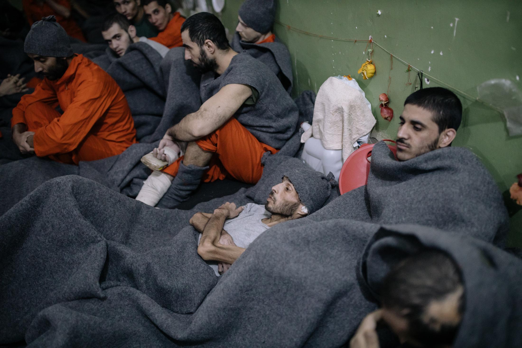 Le 30 octobre 2019, Nord Est de la Syrie. Une prison abrite des supposés membres de Daesh. Environ 5000 détenus vivraient ici. La prison est ouverte depuis 4mois au moment de cette photo. Elle est surpeuplée. Cette pièce de la taille d'une grande salle de classe accueille de nombreux prisonniers. L'un d'eux souffre de malnutrition sévère.