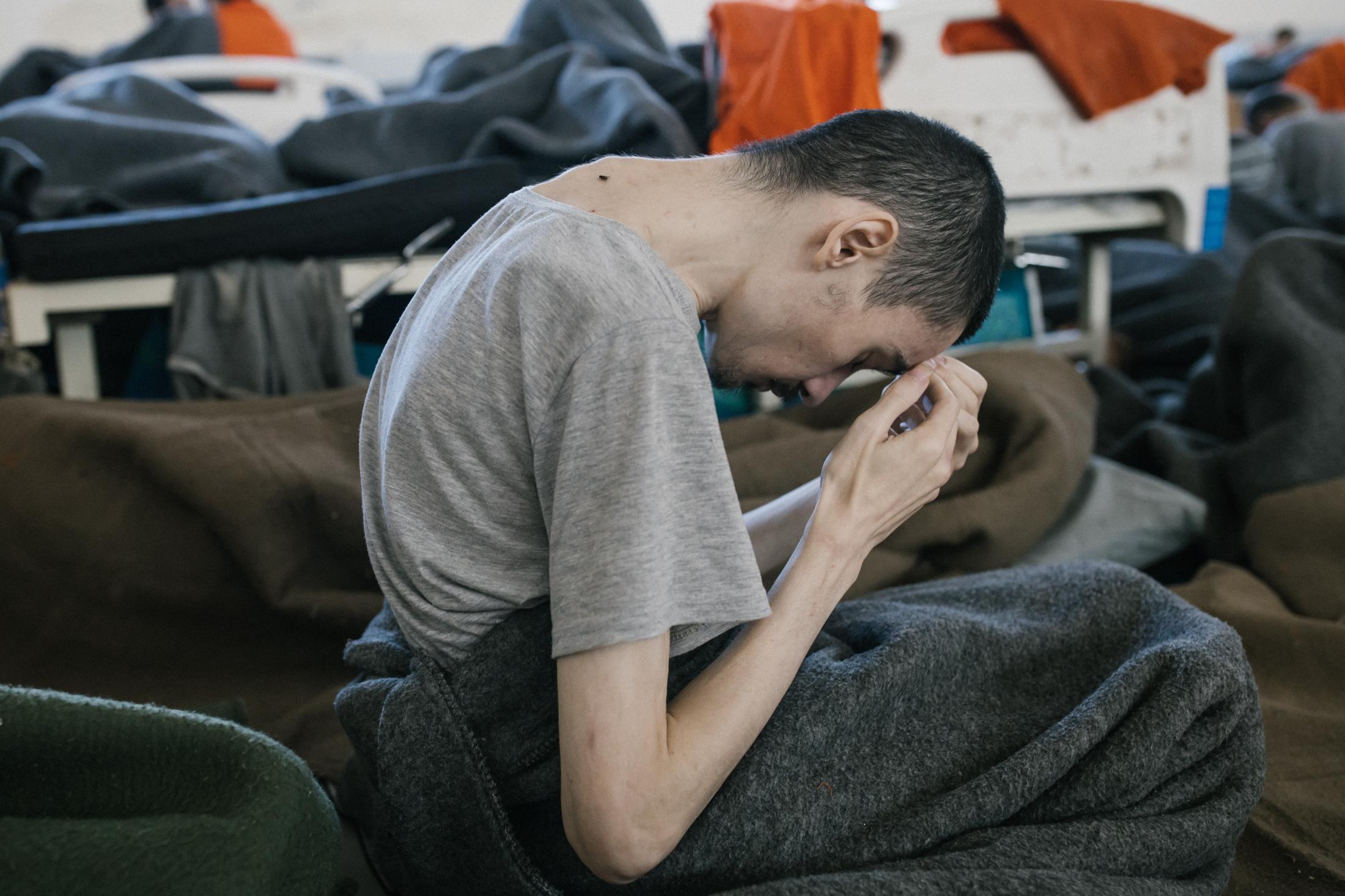 Le 30 octobre 2019, Hassake, Nord Est syrien. Environ 5000 prisonniers supposés membres de l'Etat islamique vivent dans cette université transformée en prison. Entre 100 et 200 détenus dans chaque salle de classe. La prison est ouverte depuis 4mois au moment de cette photo.Les prisonniers sont considérés comme les plus radicaux et vivent dans des conditions difficiles. Un jeune homme d'origine étrangère (non syrien) souffre de malnutrition et sans doute de maladie.