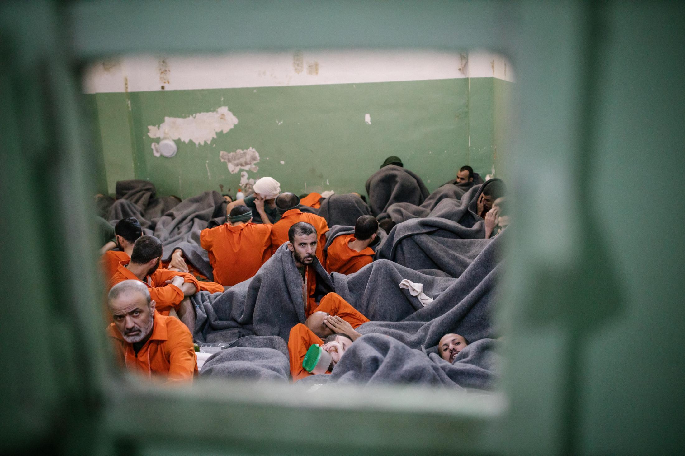 Le 30 octobre 2019, Hassake, nord est syrien. Envion 5000 prisonniers supposés membres de l'Etat islamique vivent dans cette université transformée en prison. Entre 100 et 200 détenus dans chaque salle de classe. La prison est ouverte depuis 4mois au moment de cette photo. Elle est surpeuplée. Les prisonniers sont considérés comme les plus radicaux et vivent dans des conditions difficiles. Ils n'ont pas le droit de sortir.