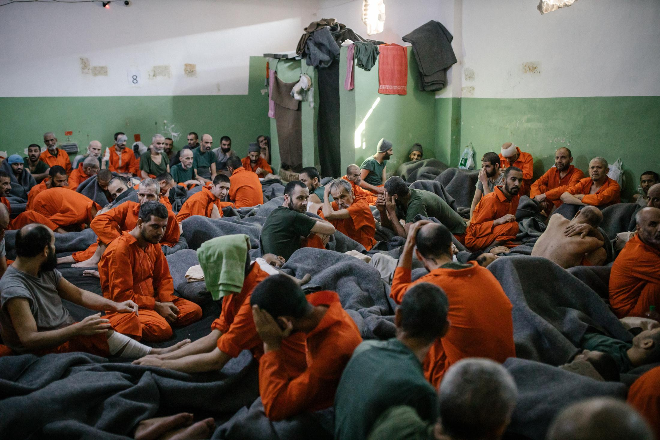 Le 30 octobre 2019, Nord Est de la Syrie. Une prison abrite des supposés membres de Daesh. Environ 5000 détenus vivraient ici. La prison est ouverte depuis 4mois. Elle est surpeuplée. Cette pièce de la taille d'une grande salle de classe accueille de nombreux prisonniers.