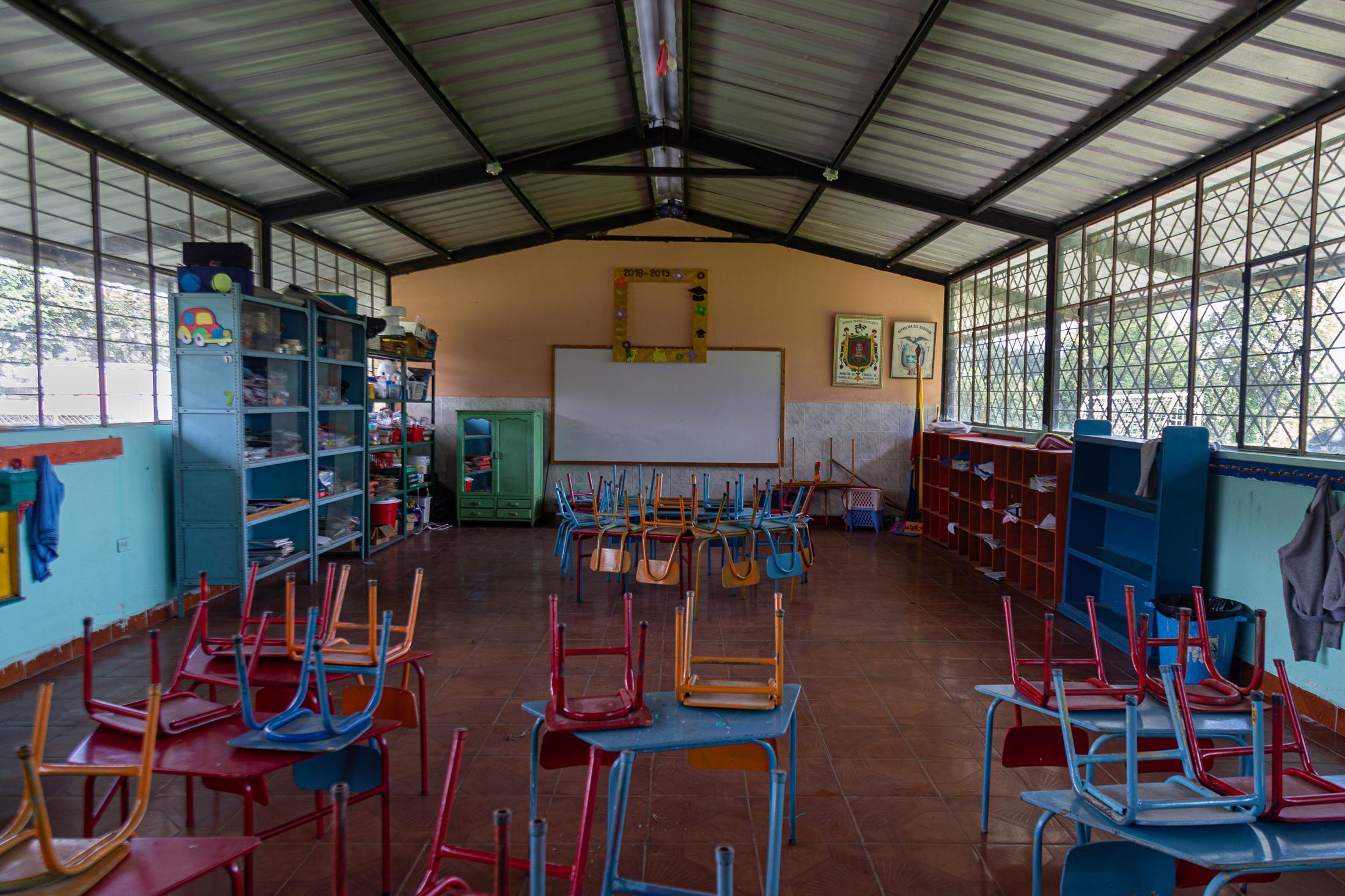 Una de las aulas de la escuela Ruperto Alarcón Falconí, de la parroquia rural Cotogchoa. Vacía, tal cual como la dejaron el último día de clases, antes de que se suspendan la asistencia a la escuelaa causa de la emergencia sanitaria por el virus COVID-19. 2 de julio de 2020. Cotogchoa-Ecuador. Andrés Yépez.