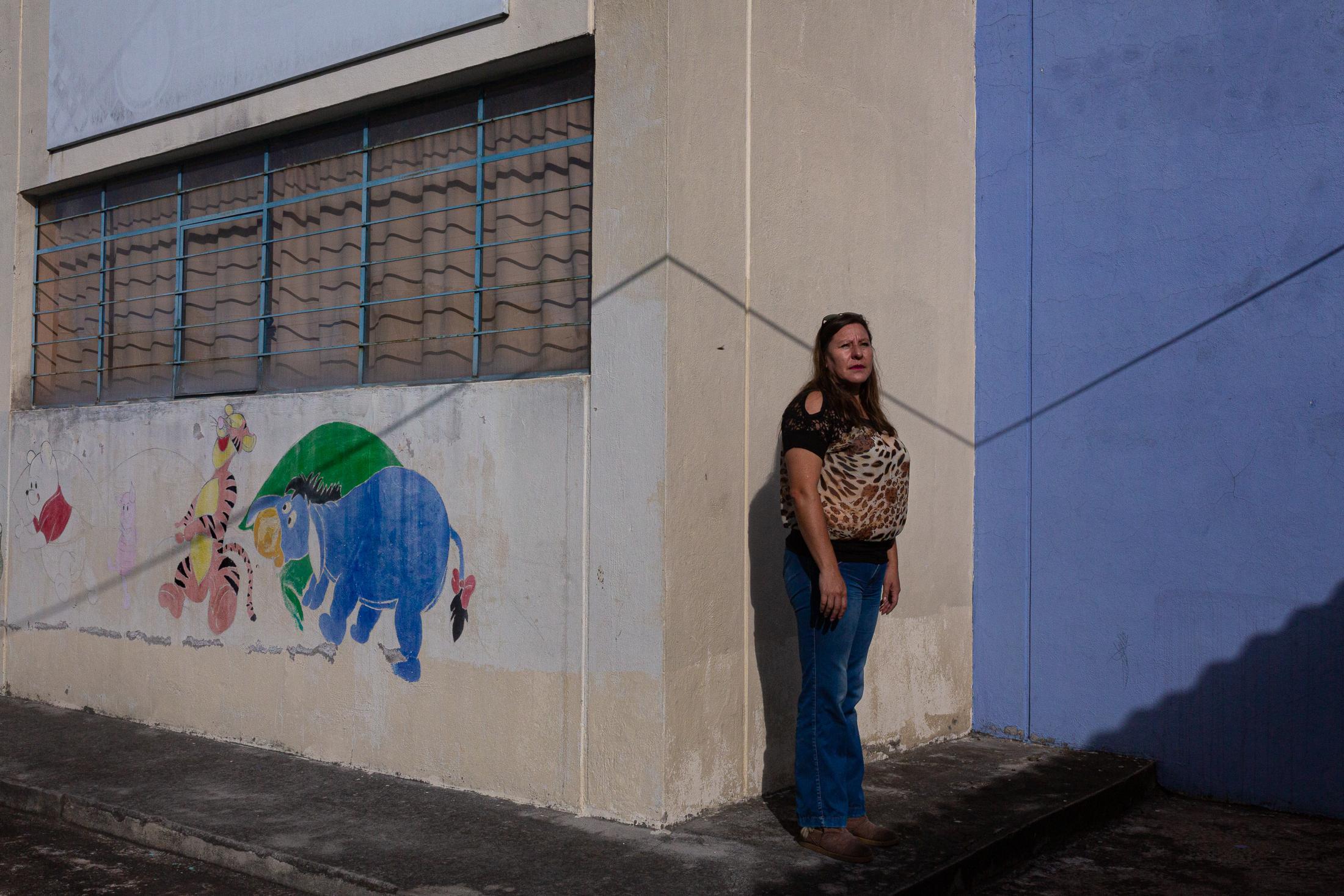 Wendy Morales (44), directora de la escuela de la parroquia rural de Cotogchoa, hace todo lo posible para que la mayoría de sus estudiantes puedan seguir estudiando. Ella lidera algunas iniciativas para poder ayudar a los estudiantes que no tienen acceso a internet o que tienen dificultades económicas. 26 de mayo de 2020. Cotogchoa-Ecuador. Andrés Yépez.