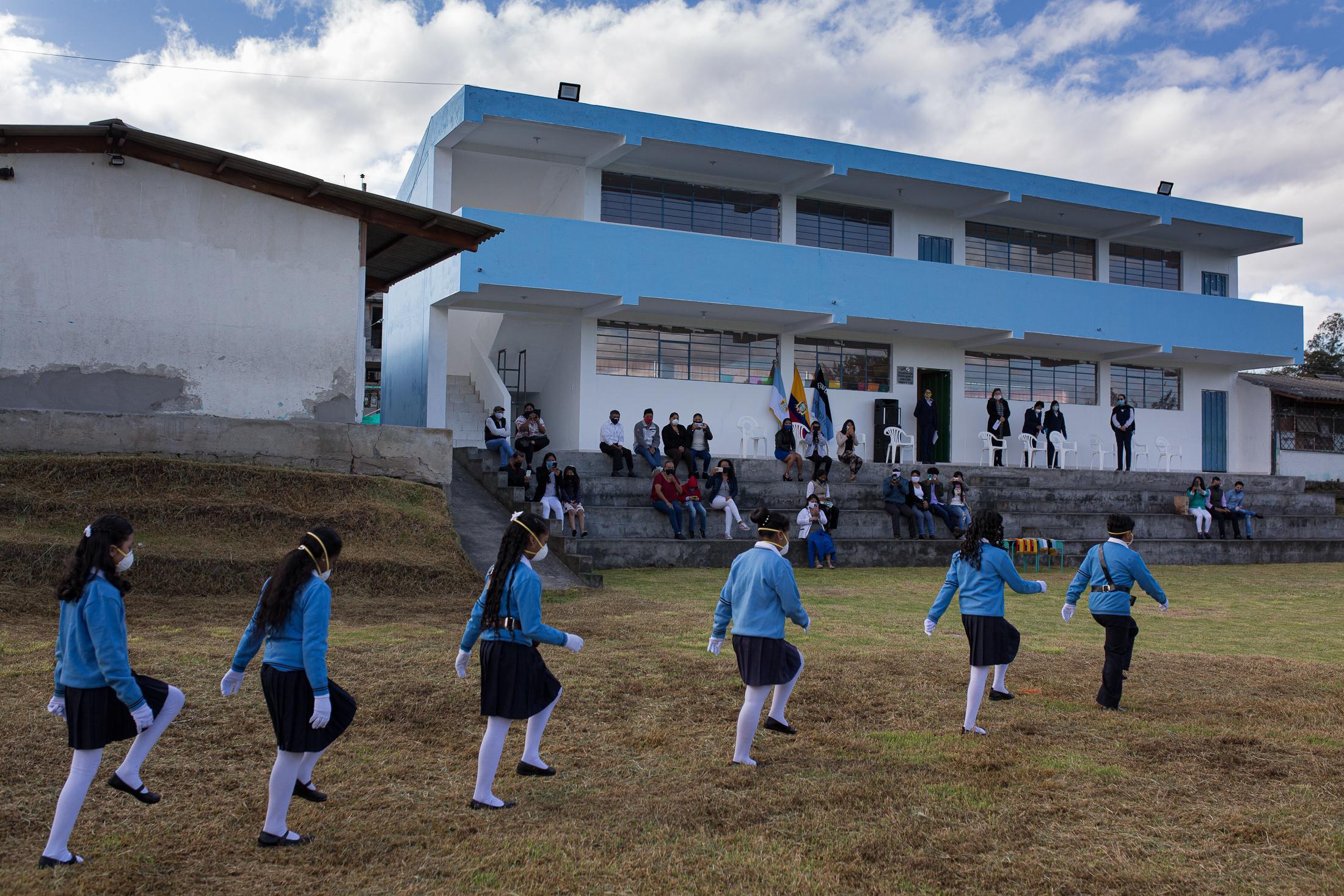Ceremonia de clausura del año lectivo celebrada con todas las medidas de bioseguridad en el zona rural del cantón Rumiñahui. Solamente los estudiantes del cuadro de honor de la escuela, junto con un familiar, fueron parte del evento. 29 de junio de 2020. Cotogchoa-Ecuador. Andrés Yépez.