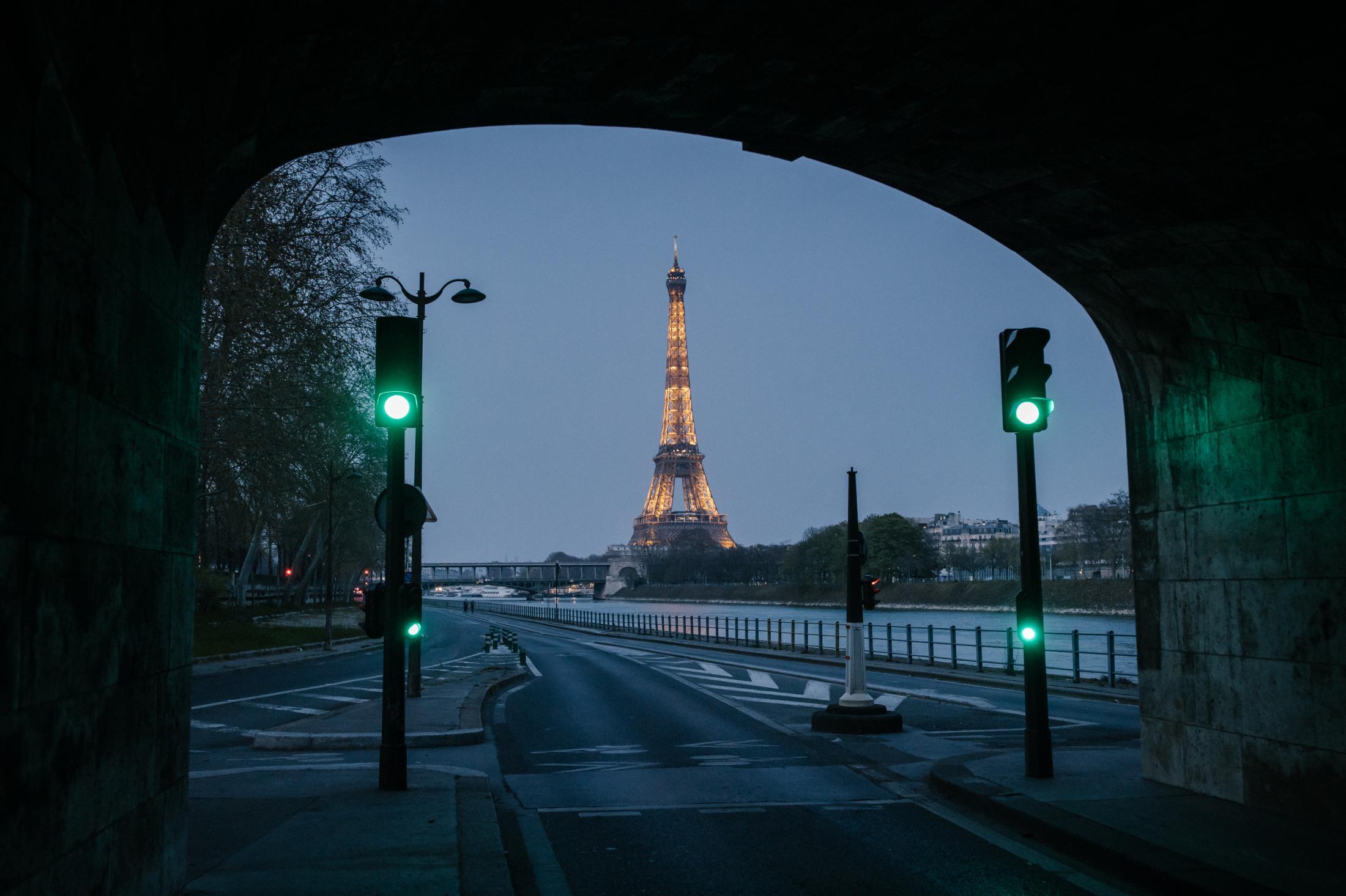 Paris le 28 mars 2020. La ville est confinée depuis 11 jours à cause du virus COVID_19. Les avenues d'habitude embouteillées sont presque totalement vide. Ici sur les quais du 16eme arrondissement de Paris.