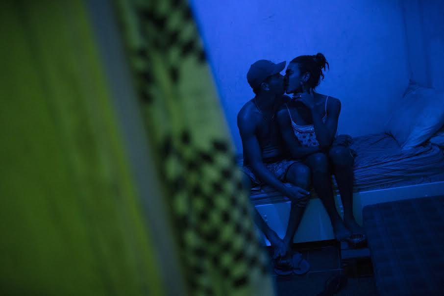 Silvia Izquierdo /LGBT Para evitar la propagación de COVID-19, un grupo de unas 30 personas LGBT ha estado en cuarentena en un edificio invadido de Copacabana donde han vivido desde 2016. A nadie se le permite entrar o salir, y sobreviven con donaciones de alimentos y ayuda de ONG y voluntarios. Otros miembros de la comunidad LGBT no tienen la suerte de tener esa opción. Por ejemplo, Alice, una trabajadora sexual de 25 años, hizo todo lo posible por quedarse en casa durante la pandemia y se las arregló durante un mes. Entonces el dinero se acabó y no tuvo más remedio que volver al trabajo. Al menos tres veces a la semana, sale a las calles con otras mujeres transgénero y travestis a prostituirse.   ----------------------------------------------------------  LGBT To prevent the spread of COVID-19, a group of about 30 LGBT people have been quarantined in an invaded building in Copacabana where they have lived since 2016. No one is allowed to enter or leave, and they survive on food donations and the help of NGOs and volunteers. Other members of the LGBT community are not fortunate to have that option. For example, Alice, a 25-year-old sex worker, did her best to stay home during the pandemic and managed for a month. Then the money ran out and he had no choice but to go back to work. At least three times a week, she takes to the streets with other transgender women and transvestites to prostitute herself.
