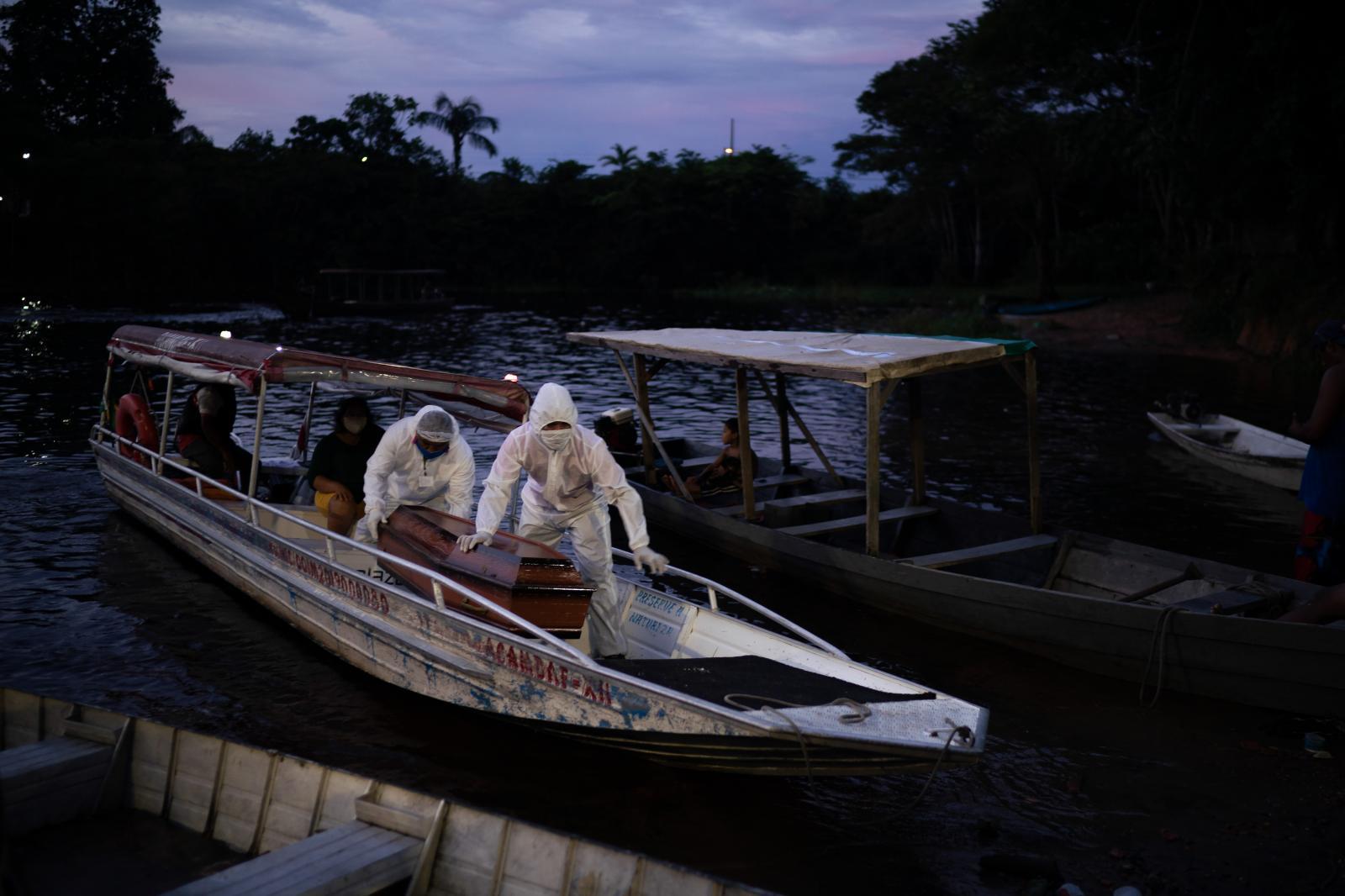 """Felipe Dana /Muerte y negación en la Amazonía Manaos, la capital de la Amazonía brasileña, es una de las ciudades más afectadas por el brote de Brasil, donde oficialmente mas de 70.000 personas murieron por coronavirus. Pero a falta de evidencias que demuestren lo contrario, muchas familias niegan rápidamente la posibilidad de que el COVID-19 se cobrase la vida de sus seres queridos, lo que supone que probablemente la cifra real de fallecidos sea mucho mayor. Mientras ambulancias circulan a toda prisa por Manaos con las sirenas a todo volumen y las excavadoras abren nuevas filas de tumbas, el aire húmedo de esta ciudad a orillas del majestuoso Río Amazonas se siente más denso de lo habitual ante una negación tan persistente. Manaos ha registrado casi el triple de decesos habituales en abril y mayo. Médicos y psicólogos dicen que la negación de base procede de una mezcla de desinformación, falta de educación, escasez de pruebas y mensajes contradictorios de los líderes del país. El primero de los escépticos es el presidente, Jair Bolsonaro, quien se ha referido repetidamente al COVID-19 como una """"gripecita"""" y manifestó que la preocupación por el virus es exagerada. Pero en julio, el presidente se ha juntado a los casí 2 millones que han sido contagiados por el coronavirus.   ----------------------------------------------------------   Death and denial in the Amazon Manaus, the capital of the Amazon in Brazil is one of the hardest hit cities in the country, which officially has lost more than 70,000 lives to the coronavirus. But in the absence of evidence proving otherwise, many families are quick to deny the possibility that COVID-19 claimed their loved ones, meaning that the toll is likely a vast undercount. As ambulances zip through Manaus with sirens blaring and backhoes dig rows of new graves, the muggy air in this city by the majestic Amazon River feels thicker than usual with such pervasive denial. Manaus has seen nearly triple the usual number of dead in April"""