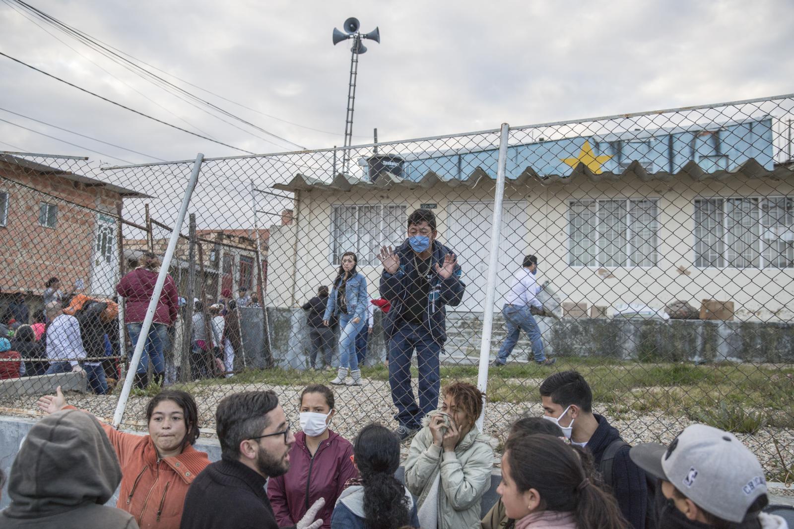 """Fabiola Ferrero /Según la ONU, uno de cada tres venezolanos no tiene suficiente para comer. Y para más de un millón de personas, Colombia fue la mejor opción para escapar de esa realidad. Ahora, la cuarentena los obliga a dejar de trabajar. ¿Cómo es vivir con la incertidumbre de no tener comida para sus hijos ... otra vez?  La gran mayoría de los venezolanos en Colombia trabaja en actividades informales y depende del ingreso diario, lo que los hace altamente vulnerables en este momento de crisis global. La mayoría de ellos llegaron los últimos años escapando de la inflación, el hambre y la delincuencia. Esos recuerdos aún están frescos dentro de ellos.  Carlos Monasterio, por ejemplo, llegó a Bogotá hace un año con su esposa, que ahora tiene 5 meses de embarazo. """"Recuerdo que un día en Venezuela volví a casa y ella se desmayó en el piso porque no había comido en días. Me aterra volver a esa imagen nuevamente """", dice. Salen a tocar puertas y ver si alguien tiene comida para darles.  Para documentar la falta de acceso a los alimentos, he dado cuadernos a un grupo de migrantes donde pueden realizar un seguimiento voluntario de sus comidas diarias. Después de unos días, regreso y los fotografío. Alejandro Carrero, un joven venezolano, escribió que no tenía nada para el desayuno y el almuerzo durante 3 días, y para la cena tenía arroz y papas.  A través de una serie de retratos, imágenes de su comida y espacios y notas del diario que escriben los migrantes, este proyecto de colaboración tiene como objetivo mostrar cómo el hambre afecta a quienes huyeron de la mayor crisis económica en América Latina que desean una segunda oportunidad, solo para enfrentar una situación similar nuevamente .  Con la subvención, me gustaría continuar con la serie en curso, pero también documentar cómo evoluciona la situación en los próximos meses, así como incluir más momentos de cómo encuentran su comida y aquellos que están tratando de regresar a Venezuela. Mi objetivo es hacer un ensayo d"""