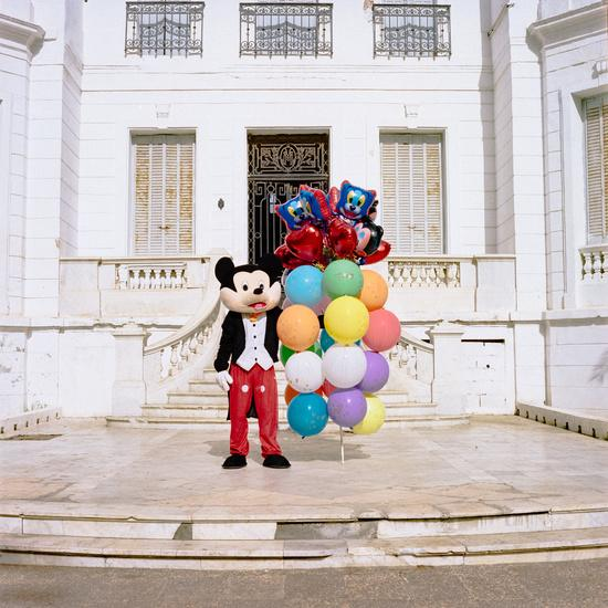 Zakaria is part of the National coordination of unemployed, visually impaired and blind graduates. He alternates on one side, by dressing up as Mickey Mouse selling balloons and taking pictures with kids, and on the other side by protesting every week to claim with his friends their right to work in the public sector. They are calling for immediate exceptional employment to « compensate » for the unfulfilled quota of 7% of positions dedicated to the disabled in the civil service, according to the decree adopted in 2016.