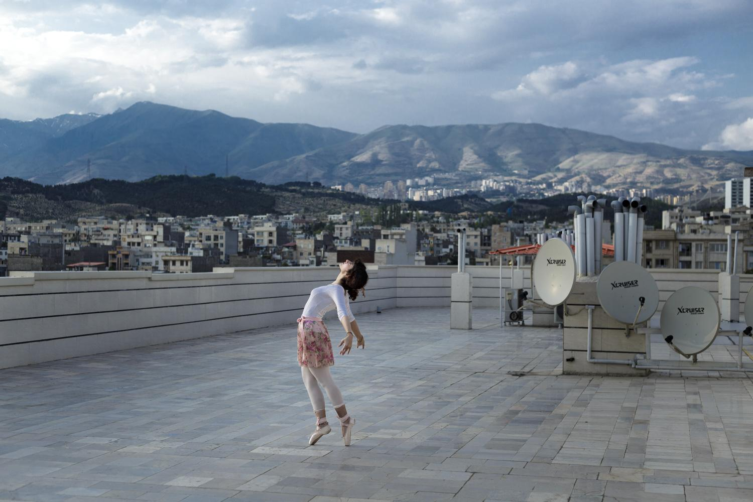 Sometimes Yasamin (22) dances on the rooftop of her home. Many Iranian women dream of singing and dancing under the sky of their homeland.