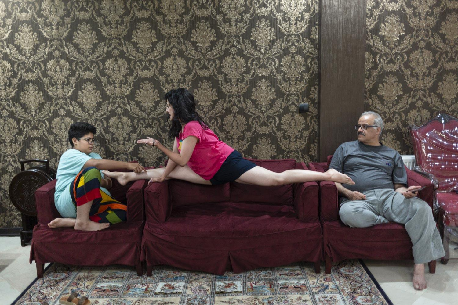 Reyhaneh (22) does a splits on the sofa while her brother tickles her. Reyhaneh dances for ten years. She had to persuade her parents for a long time before she was finally allowed to participate in dance classes five years ago. Meanwhile her parents support Reyhaneh and ask her to dance at family gatherings. However, the dream of fathers seeing their daughters on stage remains unfulfilled in Iran.