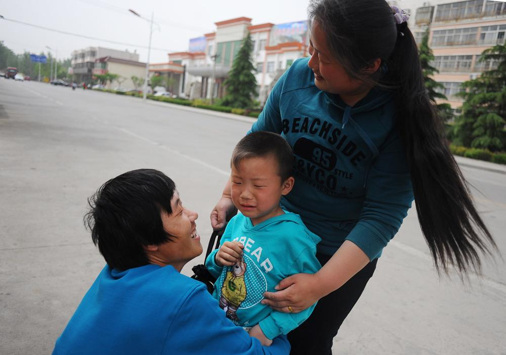 Li Chuan-hua's reunion with his wife, Wu Yan (32) and his son, Li Jia-yi (5) at Lin Yi-City, Shandong Province, China. They achieve a reunion for the first time in three years.