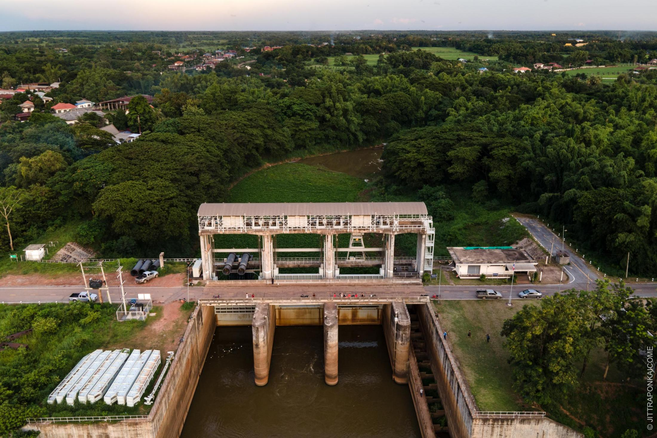 This is the Huai Luang Flood Gate, which diverts water from the Mekong River for usage. If the Sanakham Dam is built, it will reduce the water supply in the lower basin, and tributary rivers. This will result in extremely low water levels in the dry season as well as unexpected water releases from dams upstream, affecting the proper function of the flood gate. In Nong Khai, Thailand – August 2020.