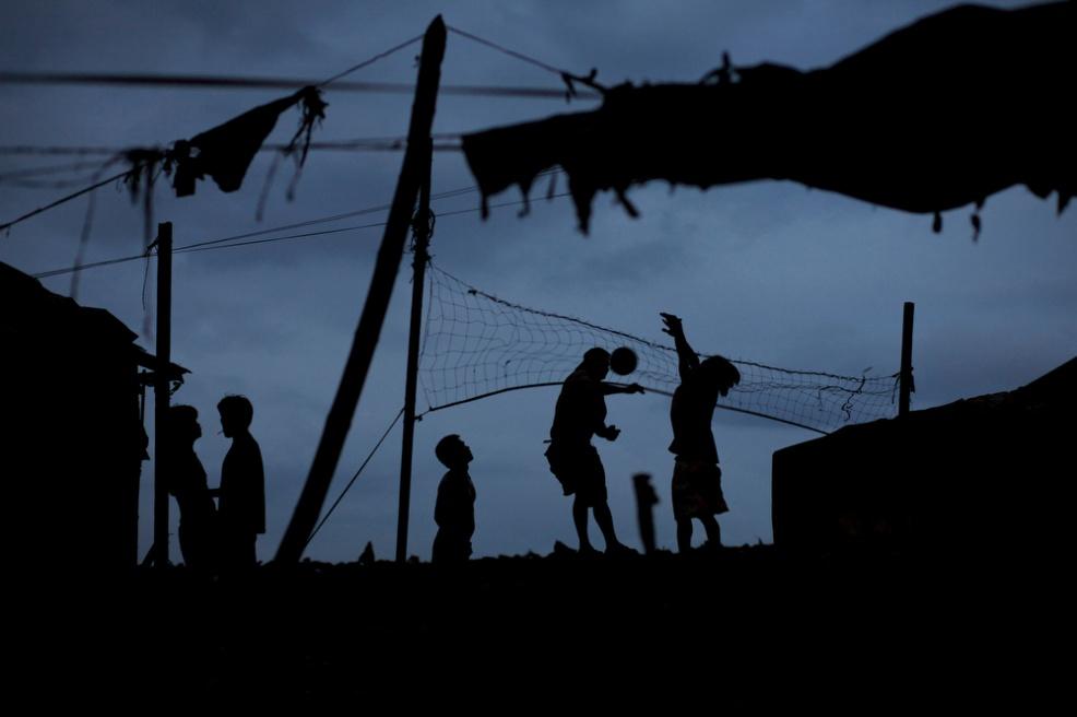 Art and Documentary Photography - Loading lw-20090224-Tambakan-01.JPG