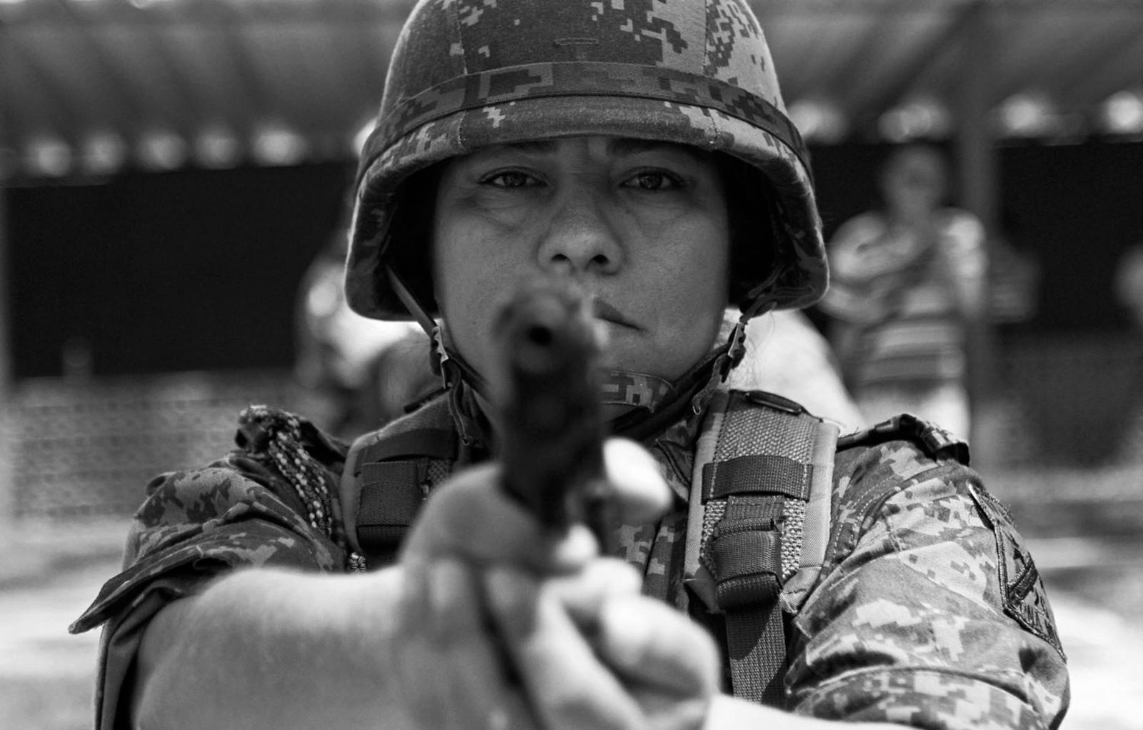 Una mujer del ejército mexicano sostiene un arma dentro de su entrenamiento de fuerzas armadas en la sexta región militar en Boca del Río, Veracruz el siete de Marzo del 2012. Actualmente son 12 mil mujeres que pertenecen al ejército en la zona Veracruz-Puebla desempeñando labores dentro del operativo Veracruz Seguro. AFP PHOTO/Lucas CASTRO