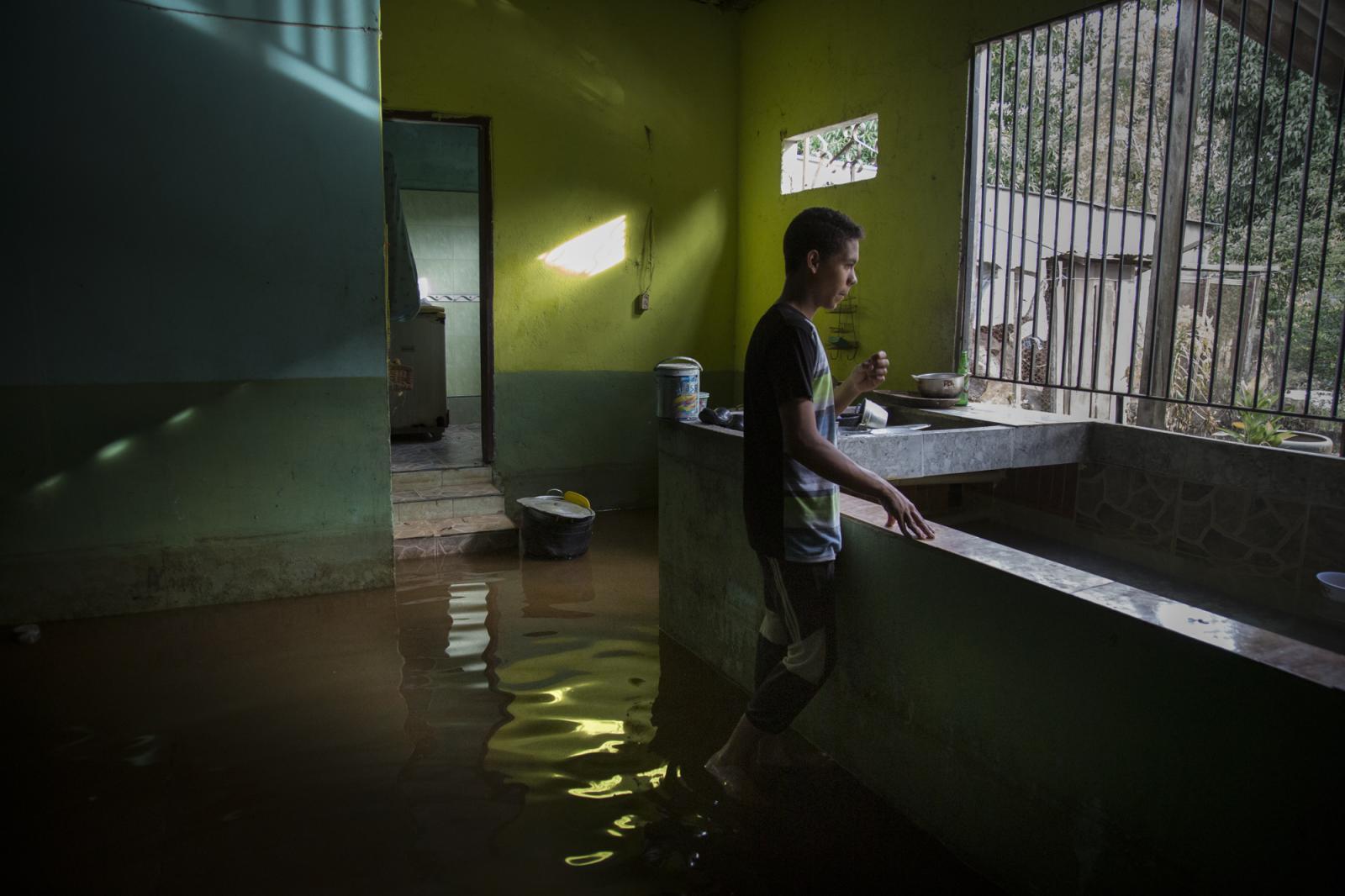 Un adolescente cuida su casa luego de que su madre y su hermano menor se fueran a otro pueblo por la inundación en Guasdualito, estado Apure, el 5 de julio de 2015.