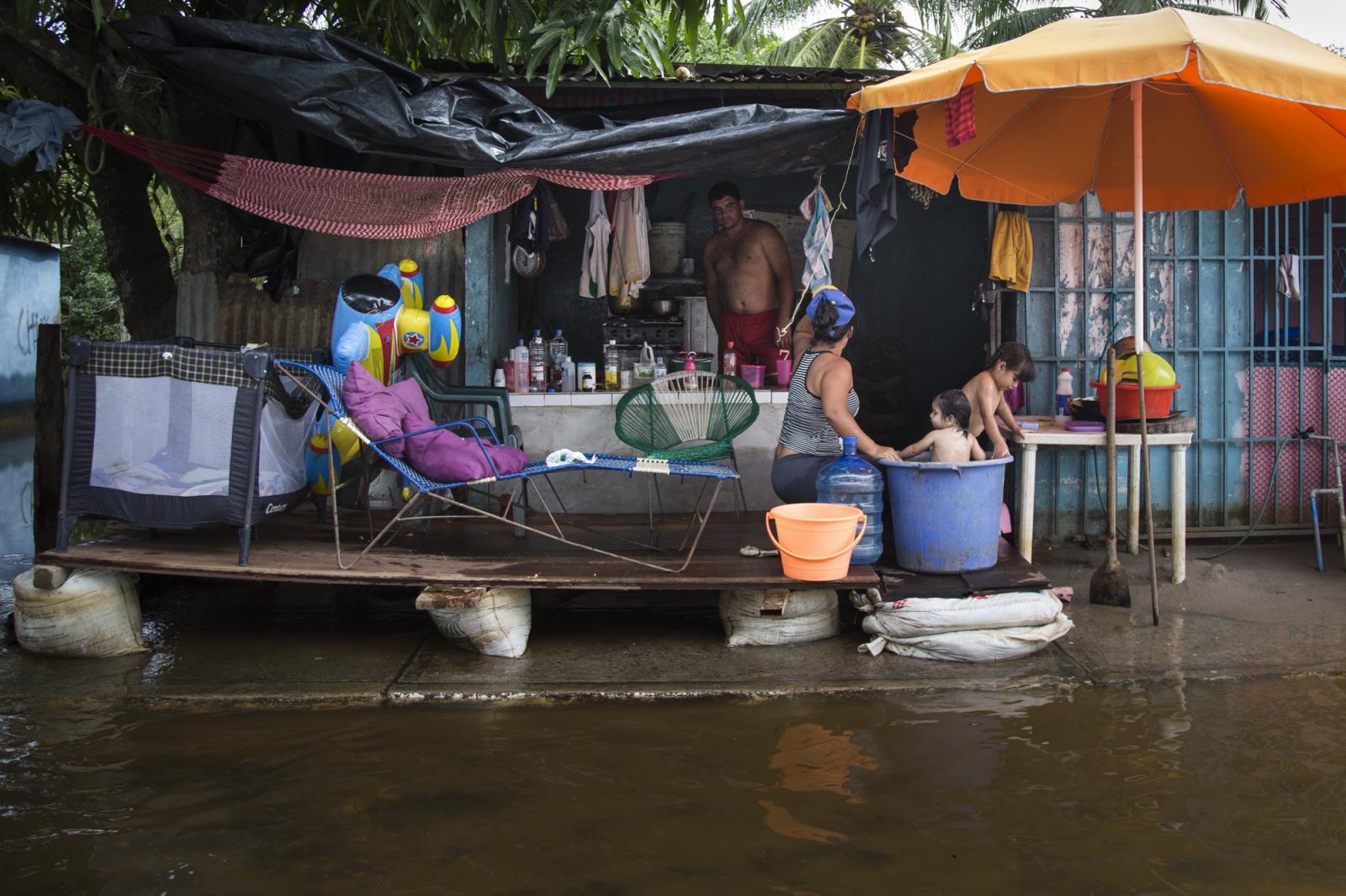 Una familia evacuada de su casa, improvisó una vivienda en Guasdualito, estado Apure, el 5 de julio de 2015.