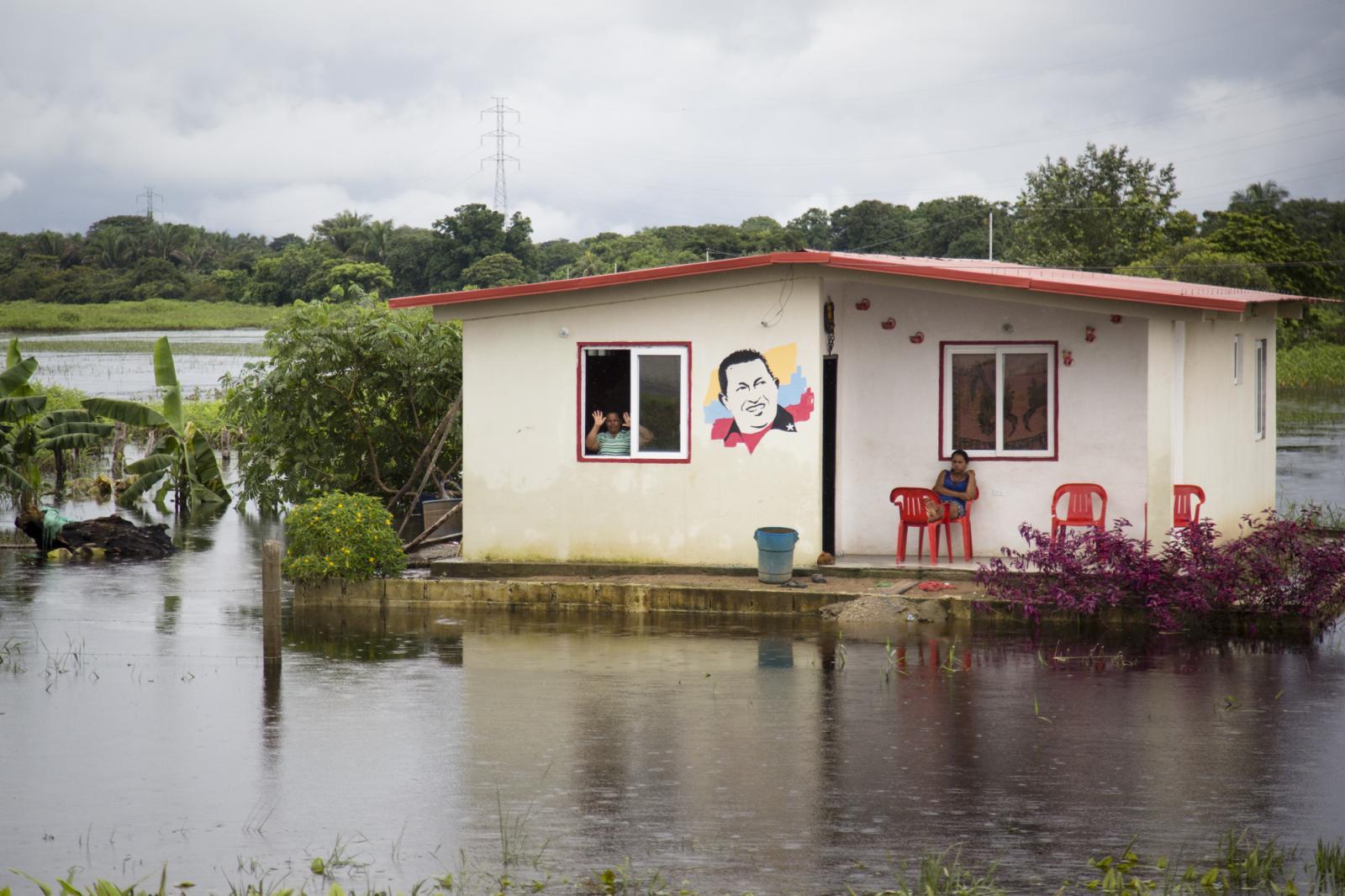 Una casa con un retrato del ex presidente venezolano y líder de la revolución socialista, Hugo Chávez, en medio de la carretera inundada en Guasdualito, estado Apure, el 6 de julio de 2015.