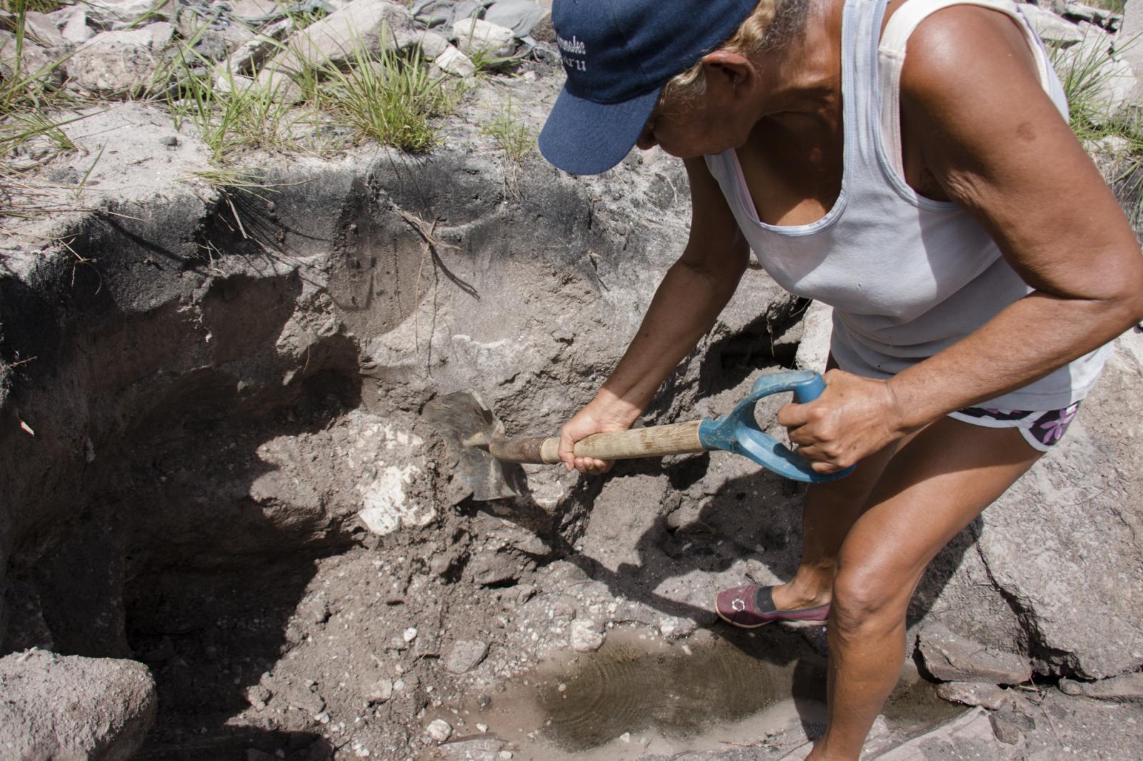 Luisa Girón, una minera de 62 años, busca oro en una veta en Ikabarú, estado Bolívar, el 4 de junio de 2016. Luisa estudió y vivió en Caracas por muchos años, pero regresó a su pueblo natal y se dedicó a ser palera, nombre que se le da las mujeres dedicadas a la minería artesanal. Tiene dos hijas, una en Tenerife, España, y la otra en El Callao, un pueblo a 195 kilómetros. Luisa es de una familia de 14 hermanos en la que todos son mineros.
