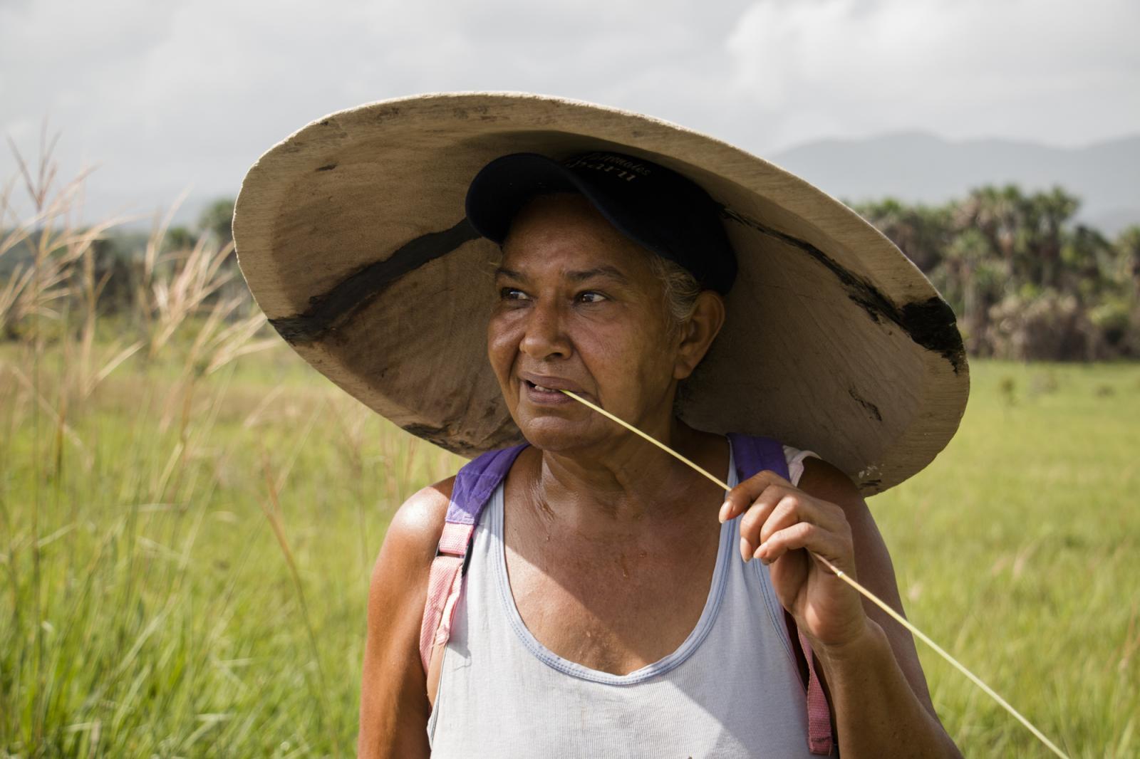 Luisa Girón, una minera de 62 años, camino a una veta en Ikabarú, estado Bolívar, el 4 de junio de 2016. Luisa estudió y vivió en Caracas por muchos años, pero regresó a su pueblo natal y se dedicó a ser palera, nombre que se le da las mujeres dedicadas a la minería artesanal. Tiene dos hijas, una en Tenerife, España, y la otra en El Callao, un pueblo a 195 kilómetros. Luisa es de una familia de 14 hermanos en la que todos son mineros.
