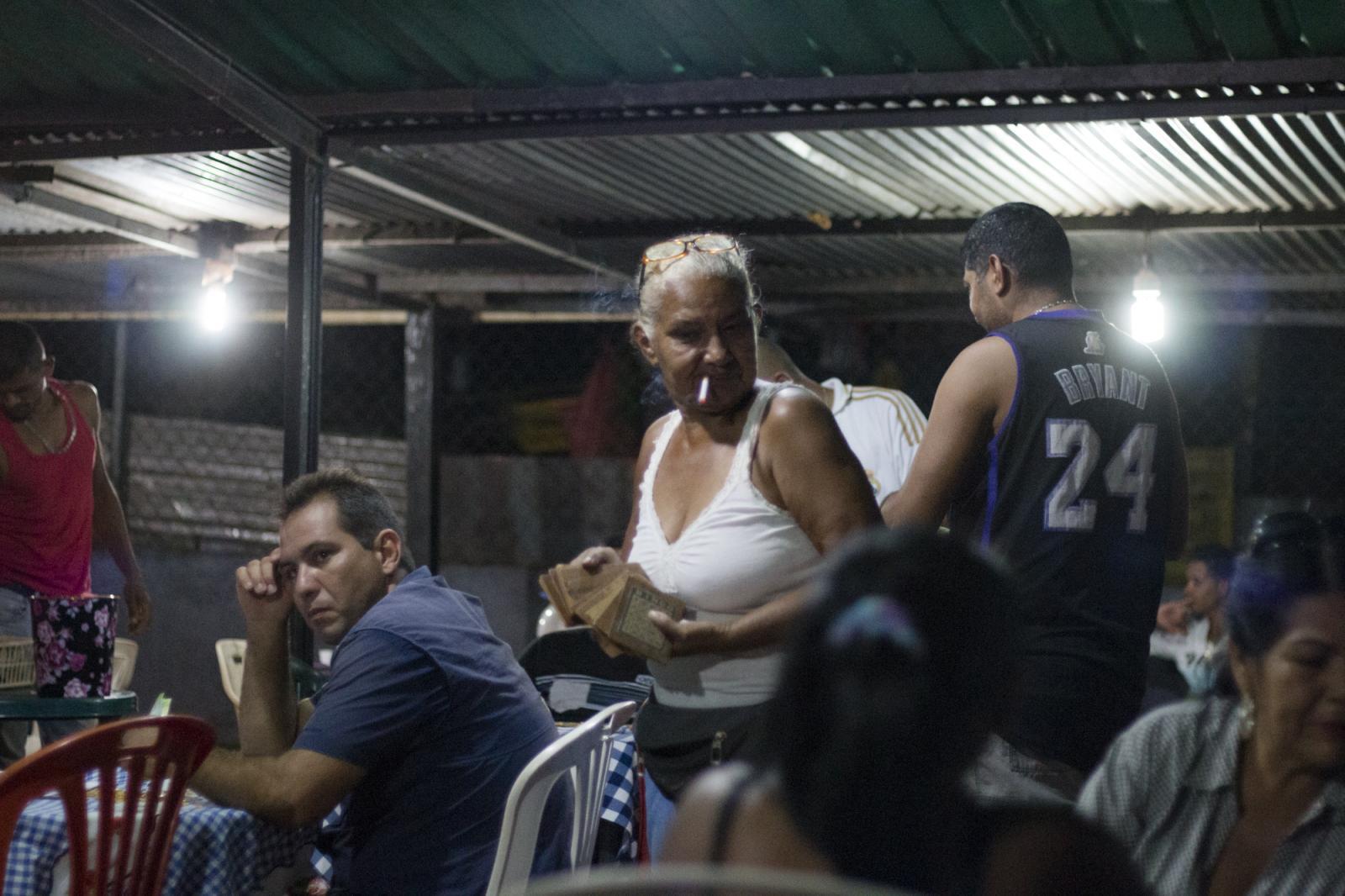 Luisa Girón, una minera de 62 años, durante una partida de bingo en un local comunal en Ikabarú, estado Bolívar, el 3 de junio de 2016. Luisa estudió y vivió en Caracas por muchos años, pero regresó a su pueblo natal y se dedicó a ser palera, nombre que se le da las mujeres dedicadas a la minería artesanal. Tiene dos hijas, una en Tenerife, España, y la otra en El Callao, un pueblo a 195 kilómetros. Luisa es de una familia de 14 hermanos en la que todos son mineros.