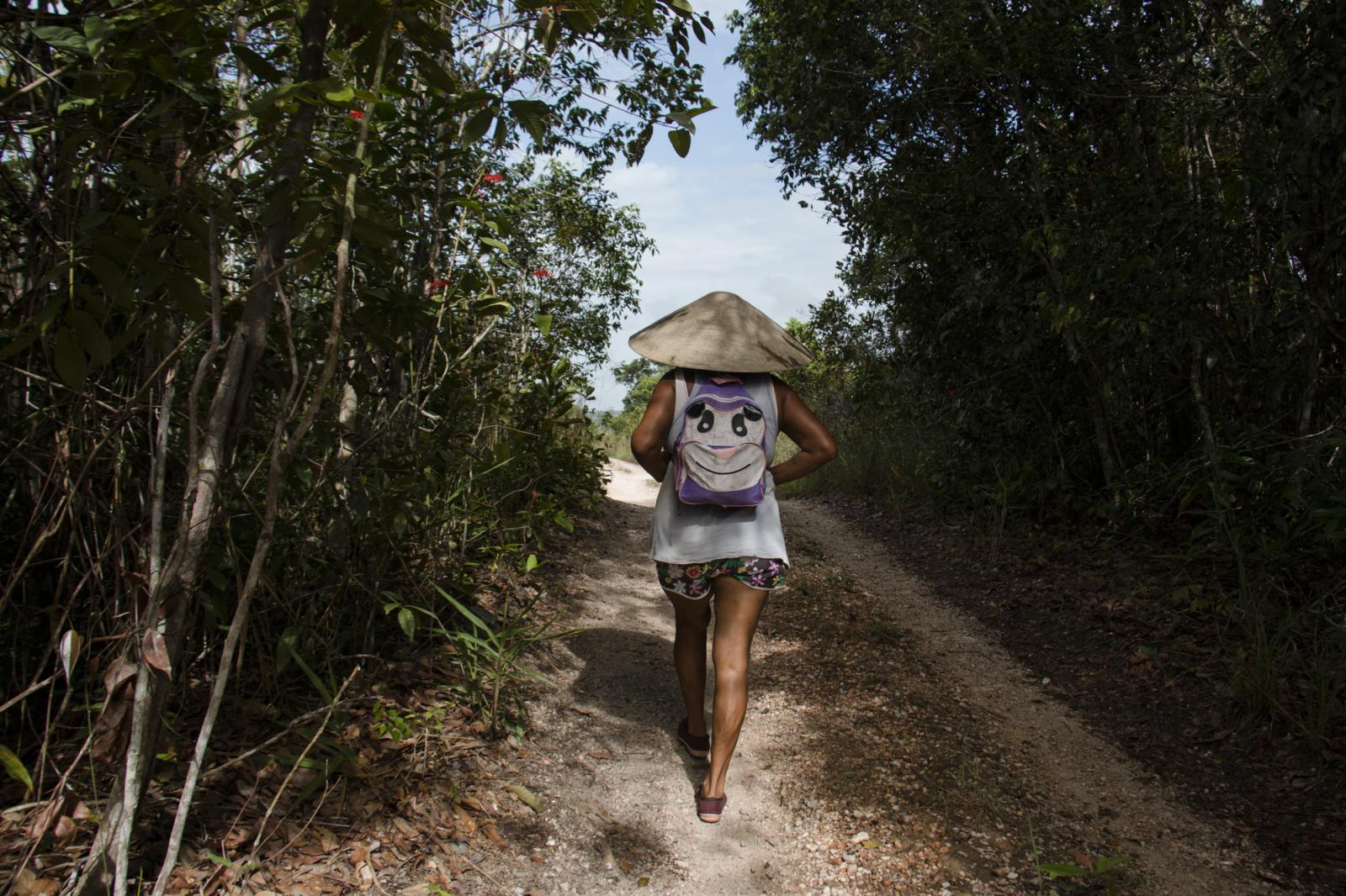 Luisa Girón, una minera de 62 años, camino a una veta de oro en Ikabarú, estado Bolívar, el 4 de junio de 2016. Luisa estudió y vivió en Caracas por muchos años, pero regresó a su pueblo natal y se dedicó a ser palera, nombre que se le da las mujeres dedicadas a la minería artesanal. Tiene dos hijas, una en Tenerife, España, y la otra en El Callao, un pueblo a 195 kilómetros. Luisa es de una familia de 14 hermanos en la que todos son mineros.