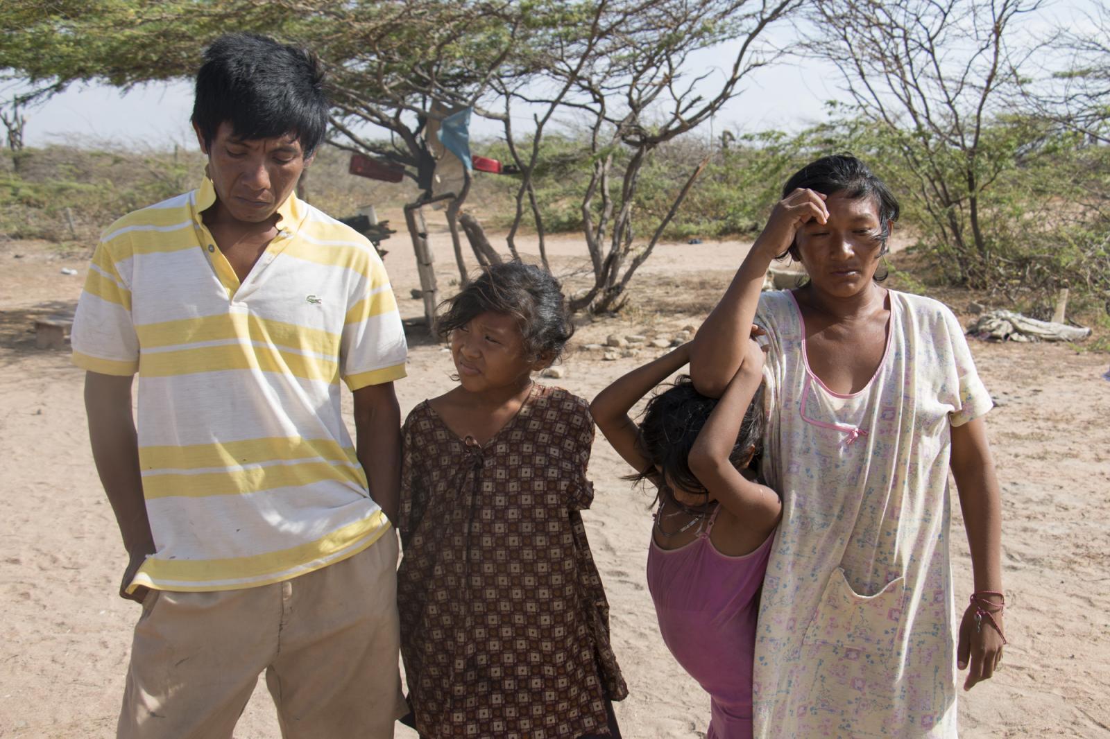 Retrato de la familia González en su casa, en Wayamurisirra, en la Alta Guajira venezolana. Los wayuú, etnia de la guajira venezolana, se han visto afectados por la profunda crisis que atraviesa Venezuela, confirmándose la muerte por desnutrición de dos niños hermanos.
