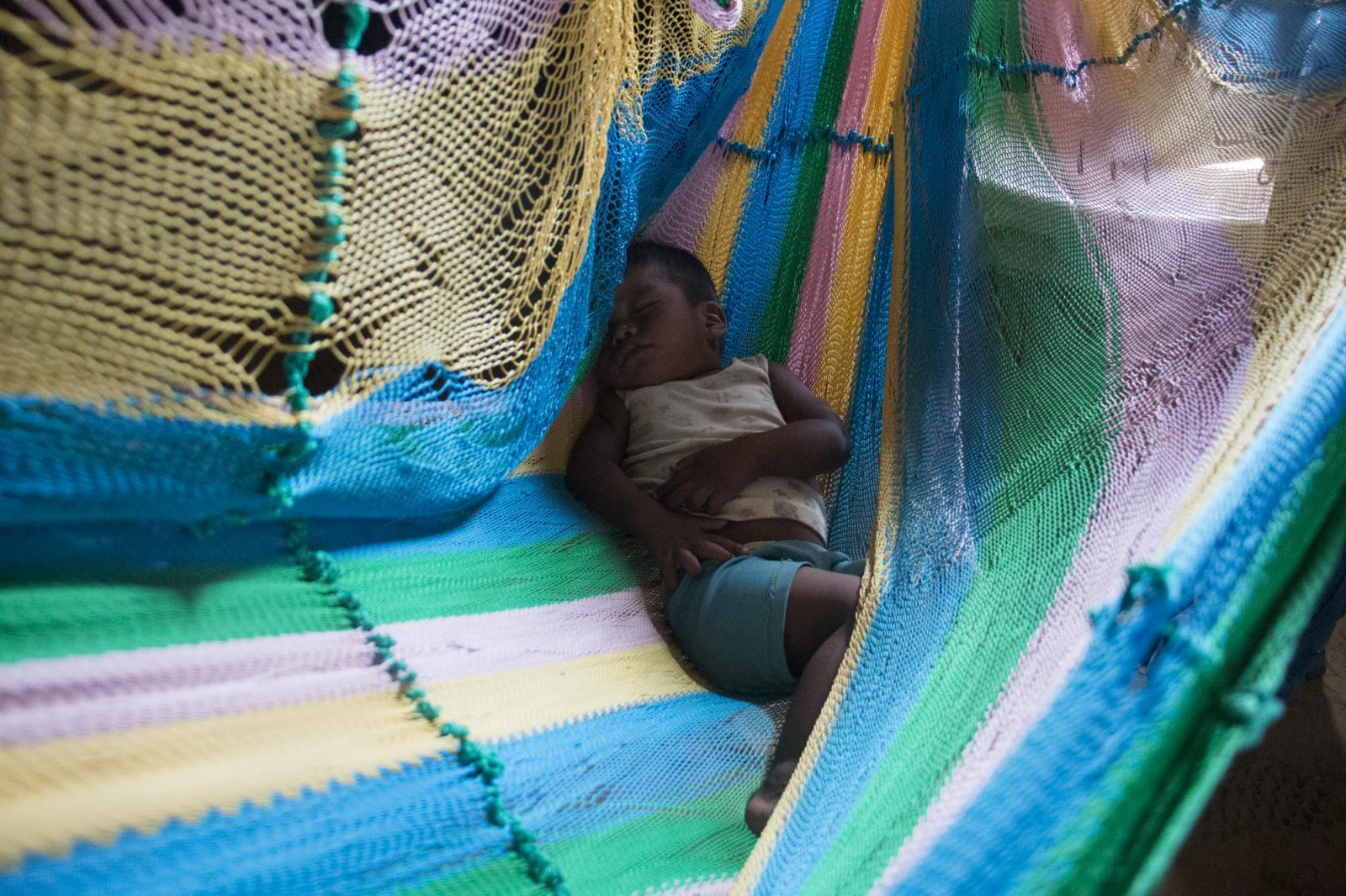 Josué Urdaneta, de un año, duerme en una hamaca en el hogar de su abuela en Caracolito I, una localidad de la Alta Guajira venezolana, el 3 de agosto de 2016. Los wayuú, etnia de la guajira venezolana, se han visto afectados por la profunda crisis que atraviesa Venezuela, confirmándose la muerte por desnutrición de dos niños hermanos.