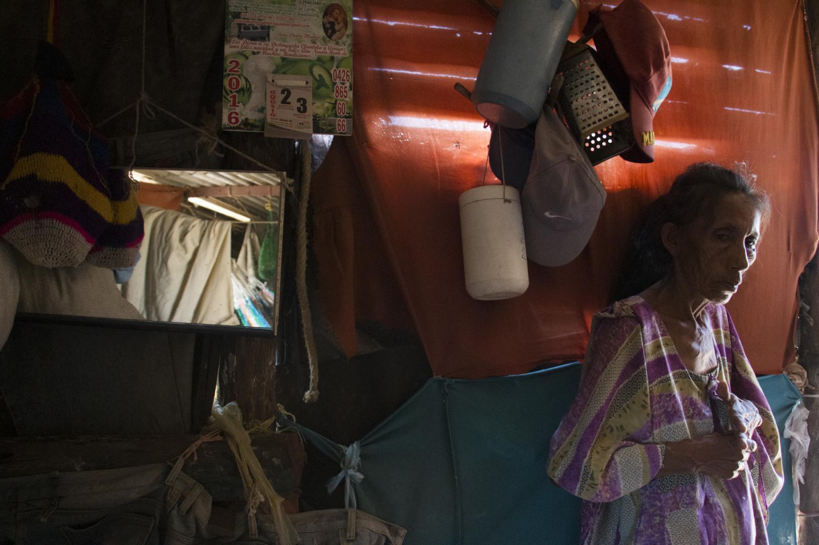 Elvira María, abuela de Josué Urdaneta, un niño que un año que presentó desnutrición, durante una entrevista en su casa en el sector Caracolito I de la Alta Guajira el 3 de agosto de 2016. Los wayuú, etnia de la guajira venezolana, se han visto afectados por la profunda crisis que atraviesa Venezuela, confirmándose la muerte por desnutrición de dos niños hermanos.