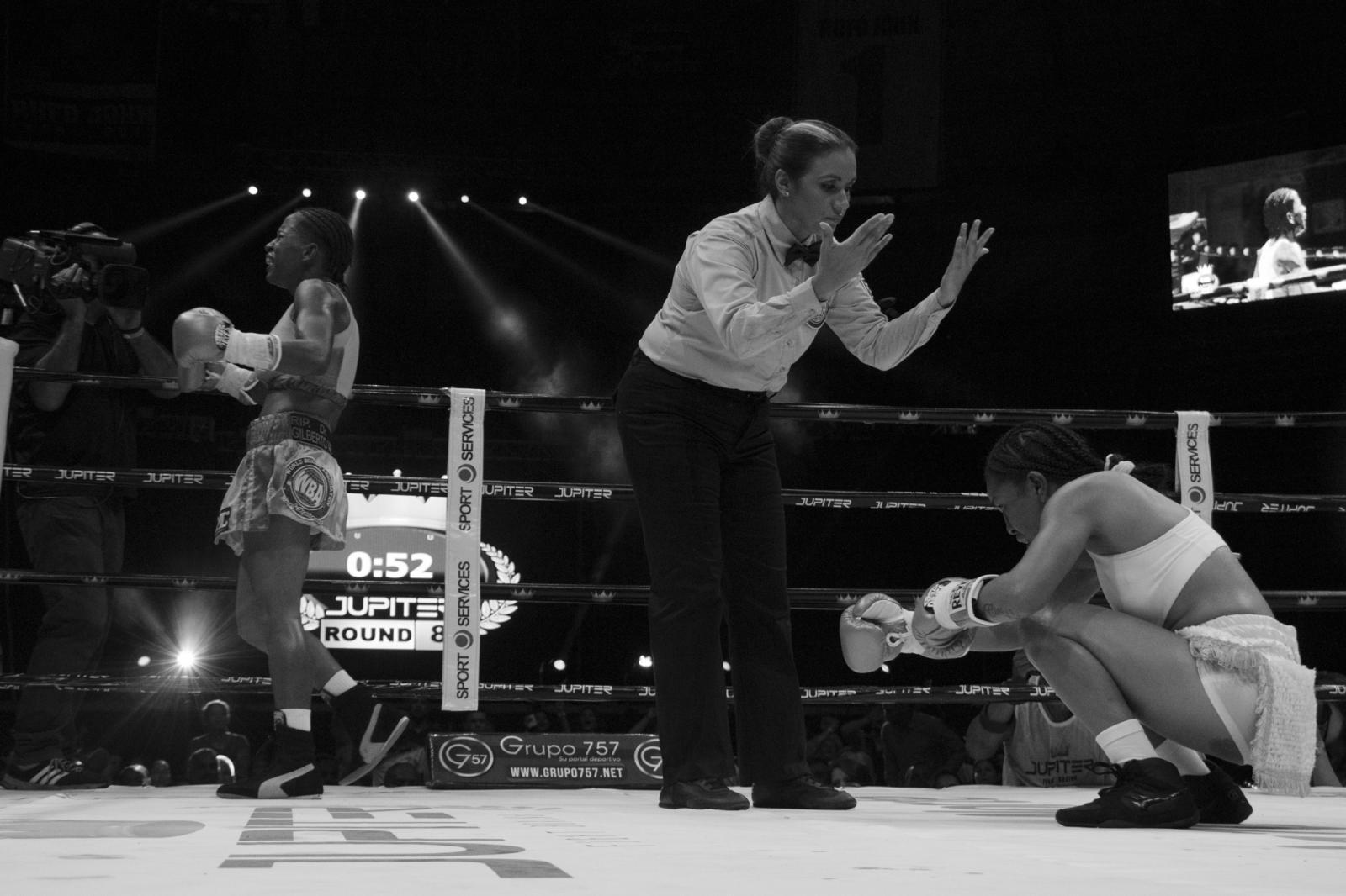 Débora Renjifo (I) se emocionó al mandar a la lona a su contrincante, Eva Guzmán, durante La Batalla de campeonas.18.06.2016, Maiquetía, Venezuela.
