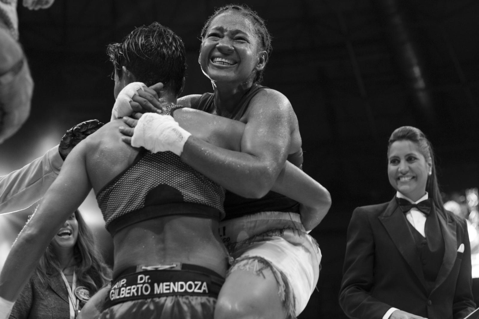 Yolis Marrugo abraza a Ambar Fajardo, luego de vencerla duramente en una pelea de 8 rounds, durante La Batalla de campeonas.18.06.2016, Maiquetía, Venezuela.