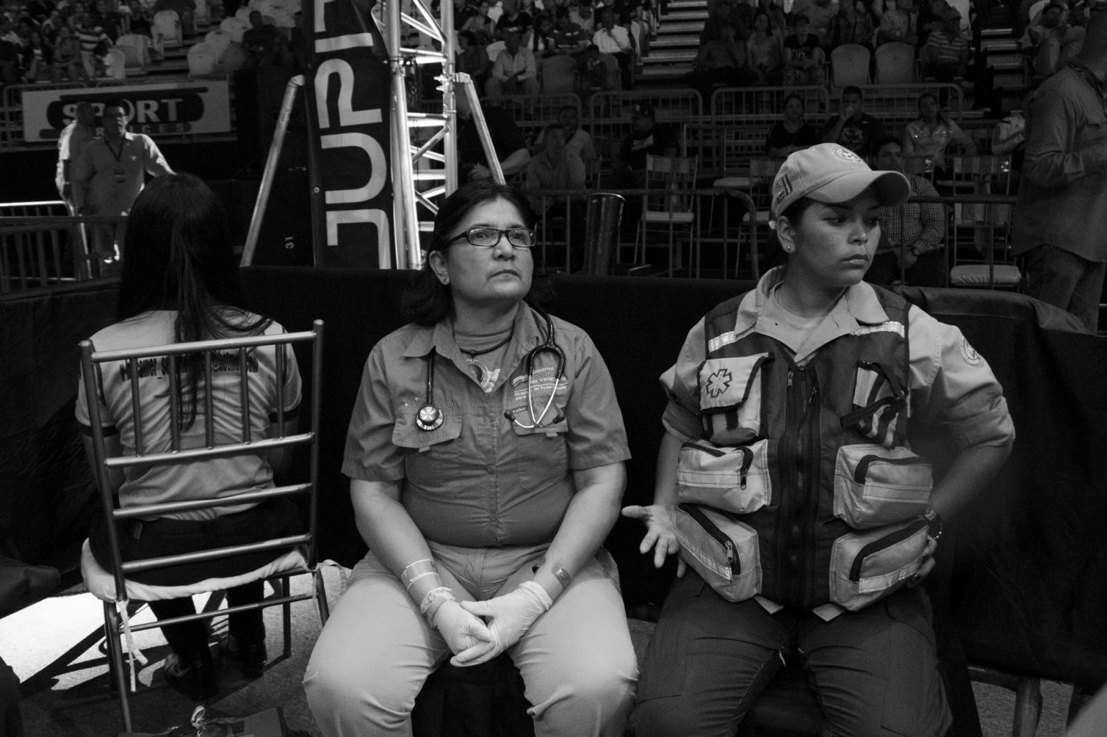 Paramédicas en su lugar de trabajo durante La Batalla de campeonas. 18.06.2016, Maiquetía, Venezuela.